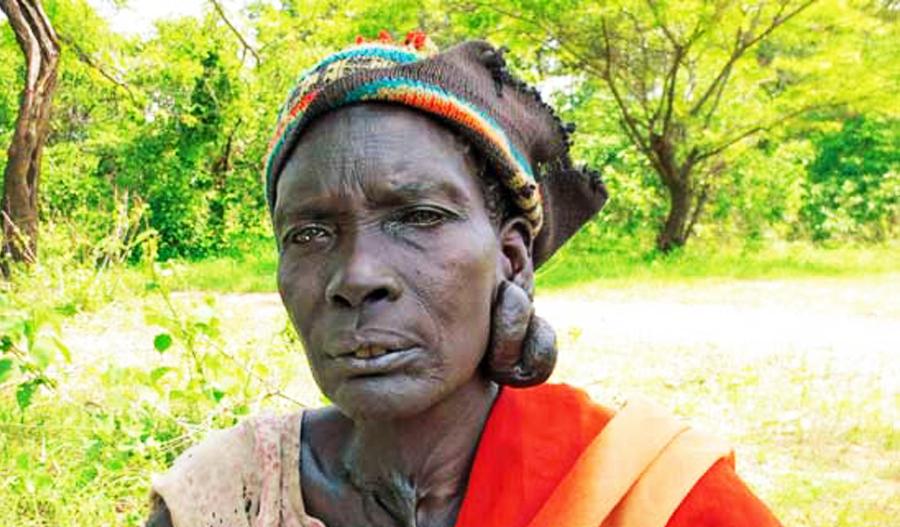 Abuk Ucoak Bol a été terriblement maltraitée; elle souffre d'une tumeur apparente à l'oreille. Malgré cela, elle est heureuse d'avoir pu rentrer chez elle. CSI