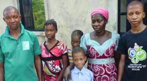 Mercy et Ademdor Agbo avec leur famille. csi