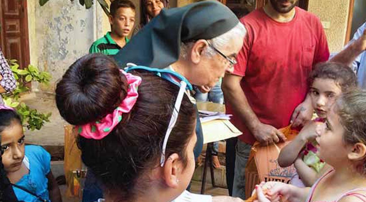 Soeur Sara, une religieuse catholique parcourt la Syrie pour soutenir des personnes dans le besoin. Elle vient de distribuer des fournitures scolaires à 900 enfants. © CSI