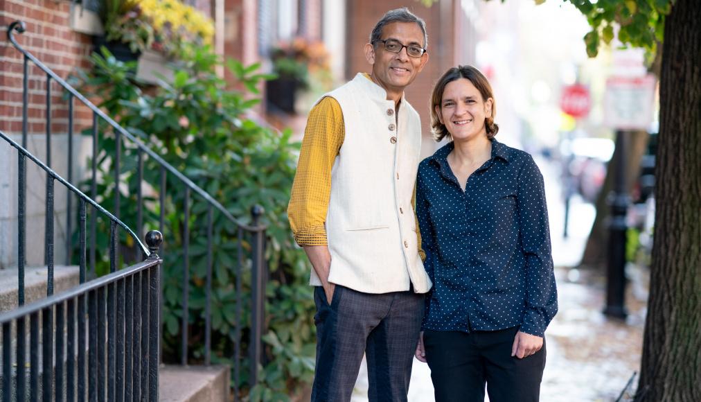 Esther Duflo et son mari Abhijit Banerjee, co-lauréats du prix Nobel d'économie avec Michael Kremer, leur collègue du MIT. Bryce Vickmark