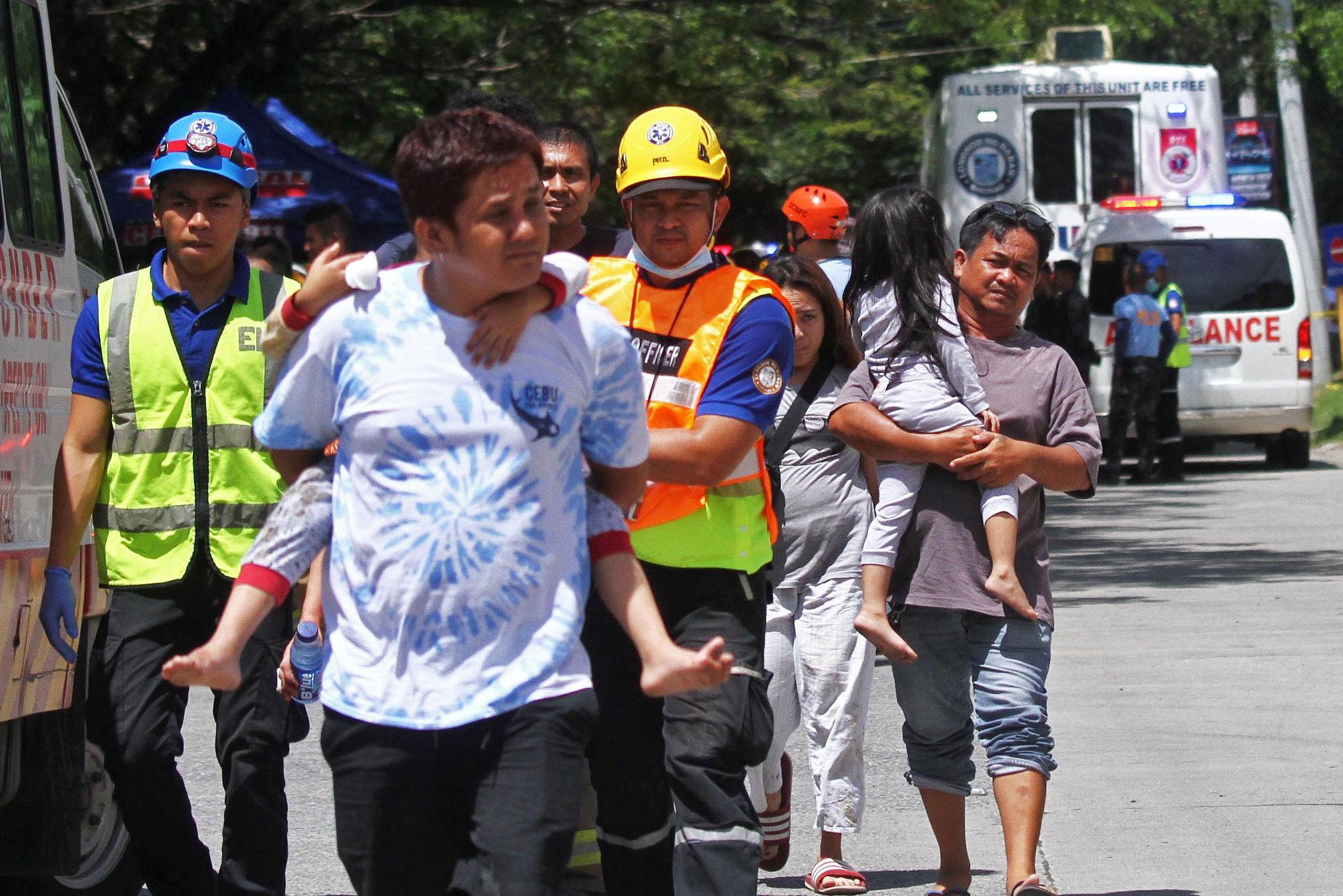 Un séisme de magnitude 6,5 a frappé jeudi le sud des Philippines, tuant au moins cinq personnes et provoquant la chute de bâtiments et maisons déjà endommagés par deux précédents tremblements de terre plus tôt ce mois-ci.
