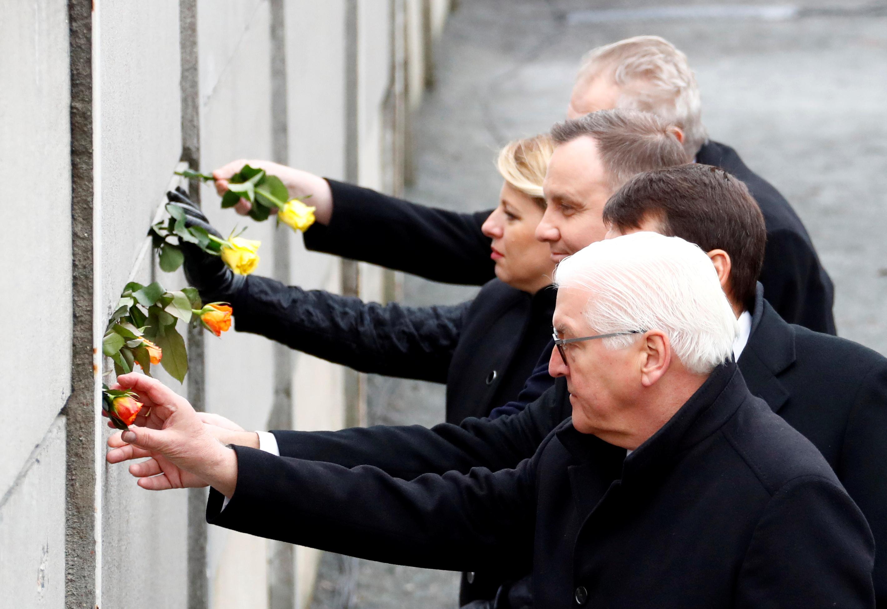 Le président allemand Frank-Walter Steinmeier (en premier plan) a rendu hommage samedi aux pays d'Europe de l'Est qui ont contribué à la chute du mur de Berlin, à l'occasion du 30e anniversaire de cette révolution pacifique. /Photo prise le 9 novembre 2019/REUTERS/Fabrizio Bensch