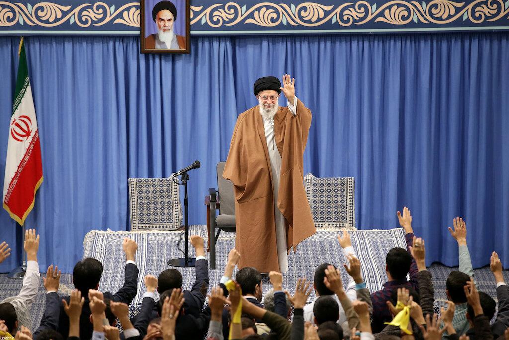 Le guide suprême iranien, Ali Khamenei, a critiqué dimanche les offres de médiation d'Emmanuel Macron, qu'il a taxé de naïveté ou de complicité avec les Etats-Unis dans le dossier nucléaire, à l'origine de tensions croissantes entre Téhéran et Washington.