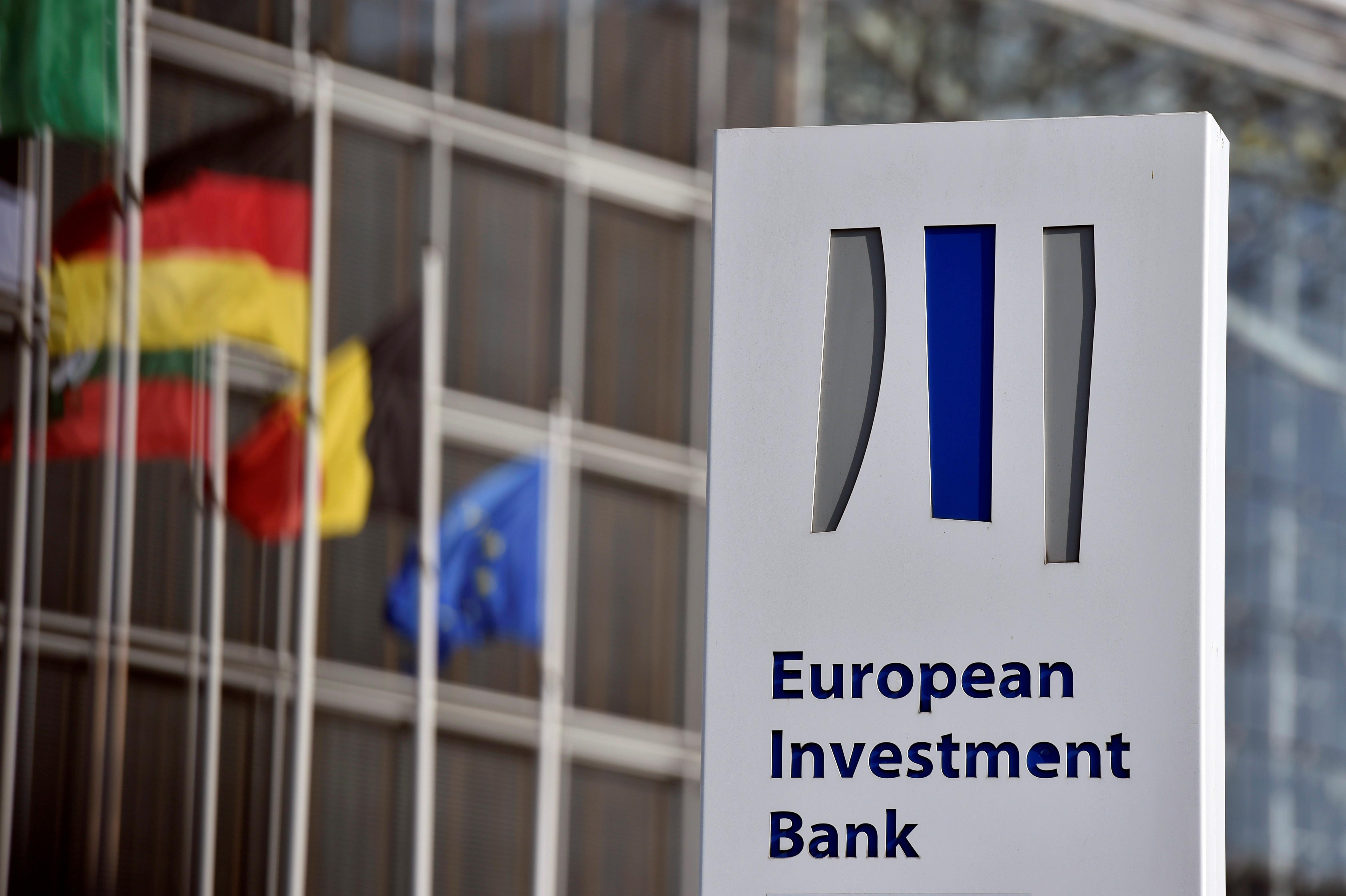 """Un texte préliminaire approuvé par les Etats membres de l'Union européenne invite pour la première fois la Banque européenne d'investissement (BEI) à cesser de financer des projets liés aux énergies fossiles, ce qui serait une étape décisive dans la politique climatique des """"28"""". /Photo d'archives/REUTERS/Eric Vidal"""