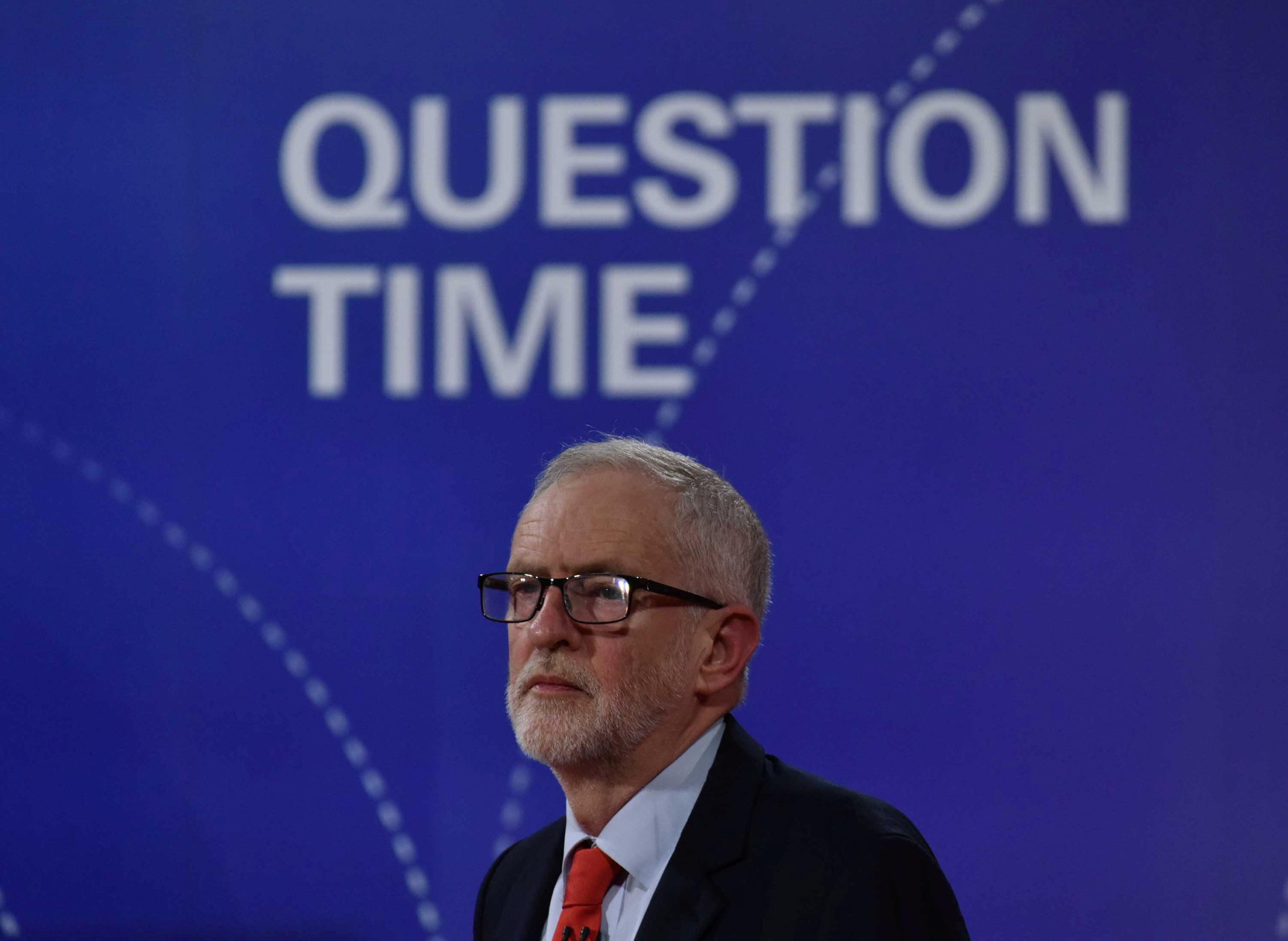 Jeremy Corbyn, chef de file de l'opposition travailliste au Royaume-Uni, a annoncé vendredi soir qu'il ne prendrait pas partie dans l'éventualité d'un second référendum sur le Brexit, une neutralité qui, a-t-il dit, lui permettrait de mettre en oeuvre le résultat, quel qu'il soit, d'une telle consultation. /Photo prise le 22 novembre 2019/REUTERS/Jeff Overs