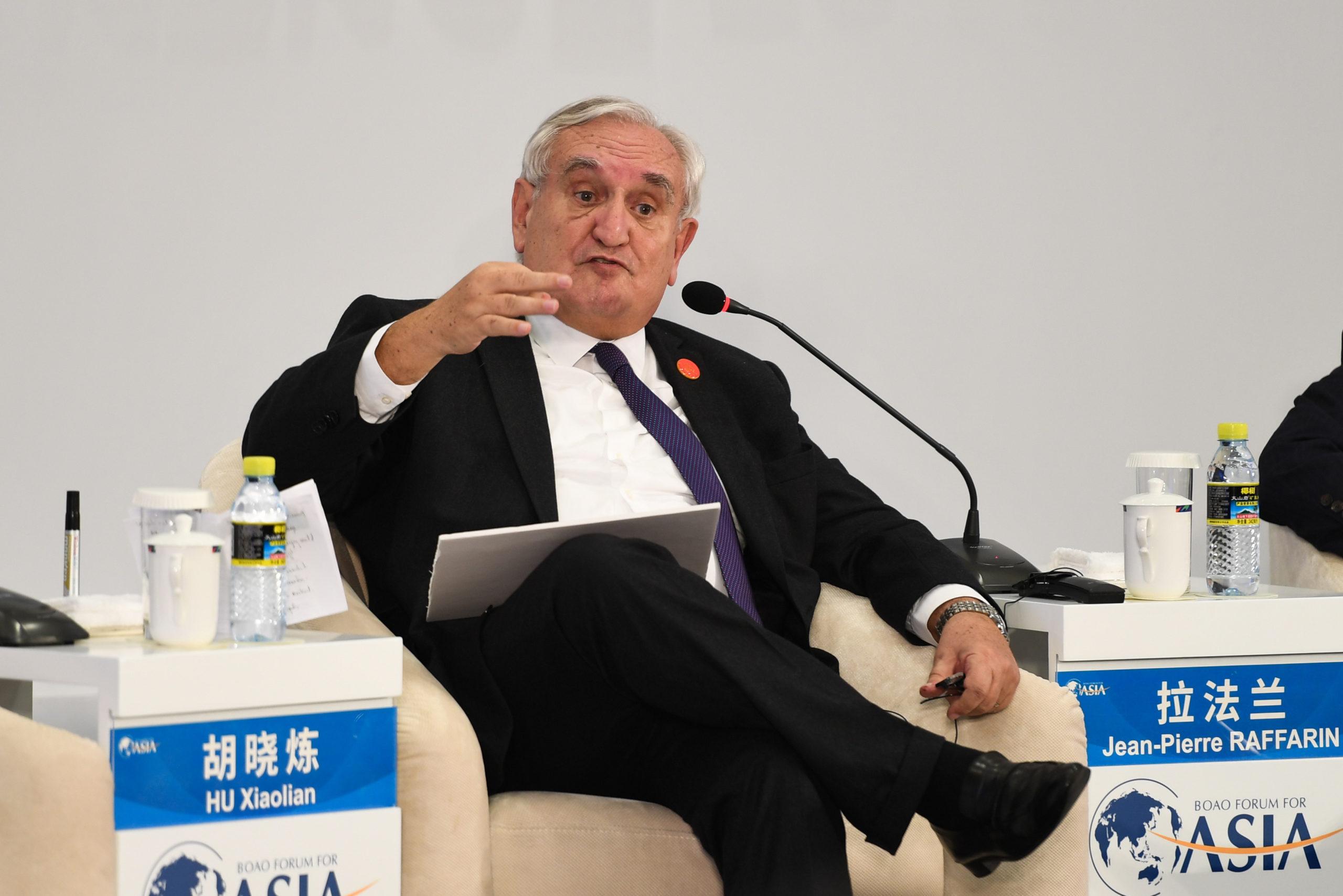 """Le 10 avril 2018, l'ancien Premier ministre français Jean-Pierre Raffarin prend la parole lors d'un débat télévisé """"40 ans de réforme et d'ouverture : la Chine et le monde"""" à l'occasion de la Conférence annuelle du Forum de Boao pour l'Asie, à Boao dans la province chinoise du Hainan."""