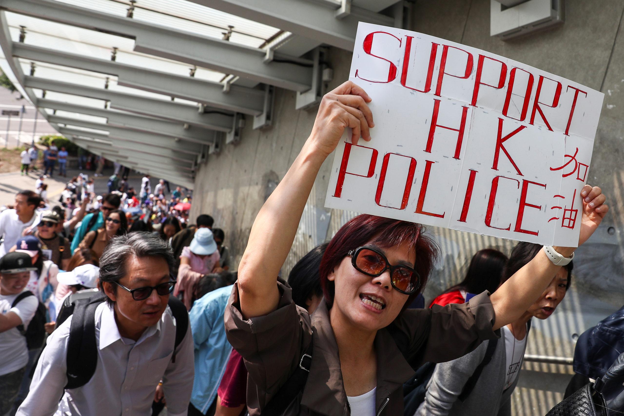 Plusieurs centaines de personnes se sont rassemblées samedi à Hong Kong pour dénoncer les manifestations antigouvernementales de plus en plus violentes dans la ville sous administration chinoise et apporter leur soutien aux forces de l'ordre, devenues une cible prioritaire des contestataires. /Photo prise le 16 novembre 2019/REUTERS/Athit Perawongmetha