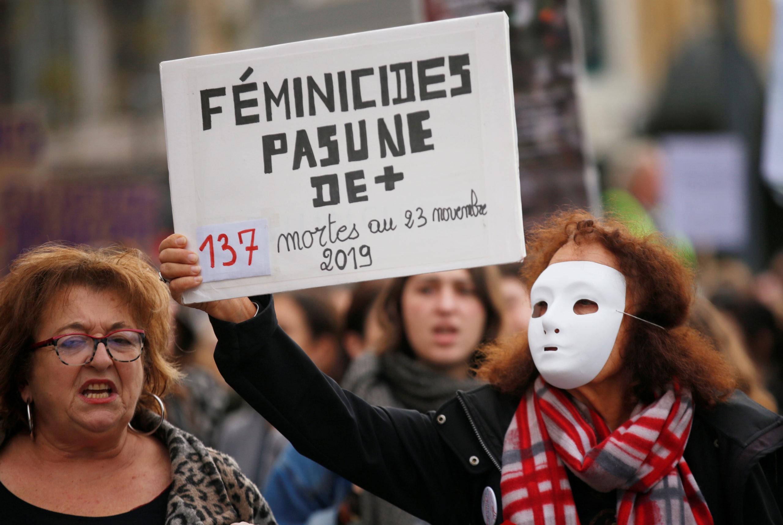 """Plusieurs dizaines de milliers de personnes ont manifesté samedi à Paris et dans d'autres villes de France contre les violences faites aux femmes, un phénomène mis en lumière par une multitude de faits divers et par un """"Grenelle"""" dont le gouvernement dévoilera les conclusions la semaine prochaine. /Photo prise le 23 novembre 2019/REUTERS/Jean-Paul Pelissier"""