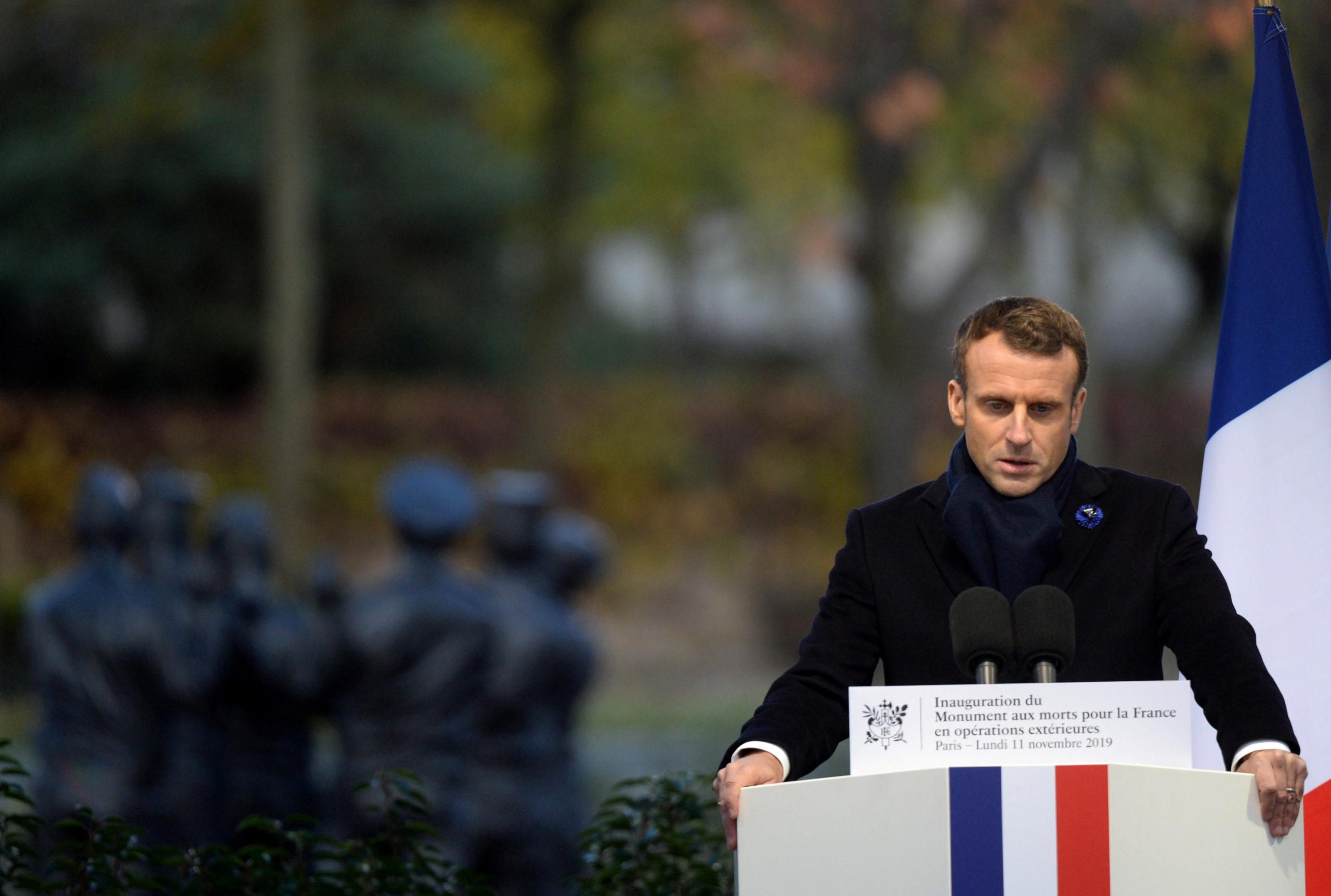 Deux hommes ont été arrêtés le 12 novembre dans le cadre de l'enquête ouverte il y a un an par le parquet de Paris pour un projet d'action violente contre Emmanuel Macron, a-t-on appris vendredi de source judiciaire, confirmant une information du Parisien. /Photo prise le 11 novembre 2019/REUTERS/Johanna Geron