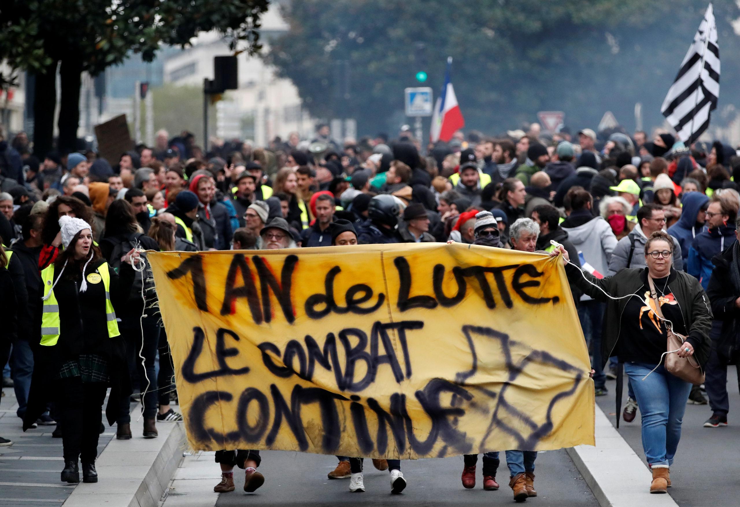 """A Nantes. Les manifestations organisées par les """"Gilets jaunes"""" ont rassemblé quelque 28.000 personnes samedi en France, a déclaré le ministère de l'Intérieur, soit dix fois moins qu'au début du mouvement de contestation sociale il y a un an. /Photo prise le 16 novembre 2019/REUTERS/Stéphane Mahé"""