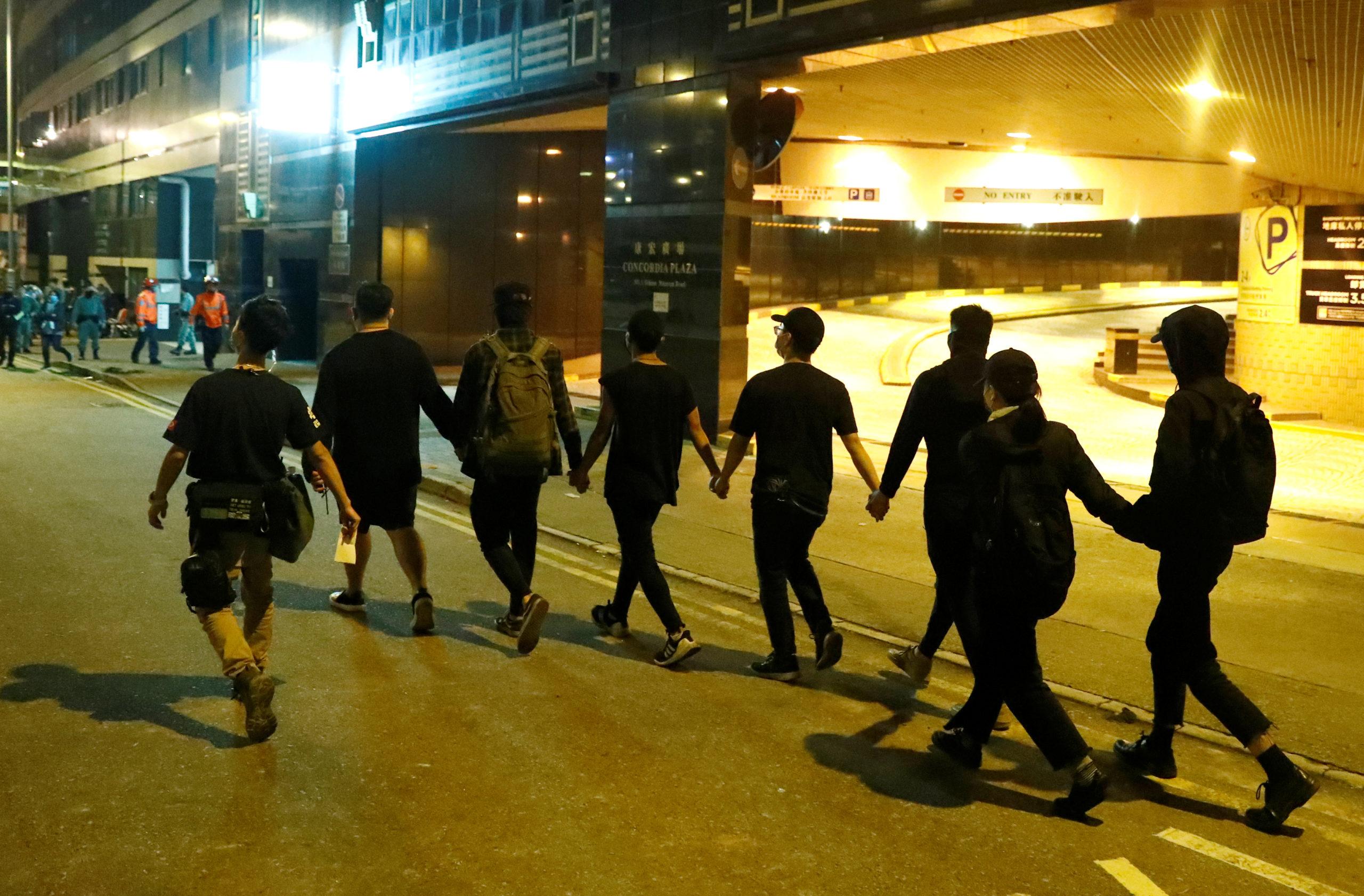 Au moins huit manifestants pro-démocratie qui étaient retranchés depuis plusieurs jours dans un campus universitaire de Hong Kong se sont rendus vendredi matin à la police, tandis que d'autres contestataires cherchaient désespérément une issue pour prendre à défaut le dispositif policier autour du lieu. /Photo prise le 21 novembre 2019/REUTERS/Thomas Peter