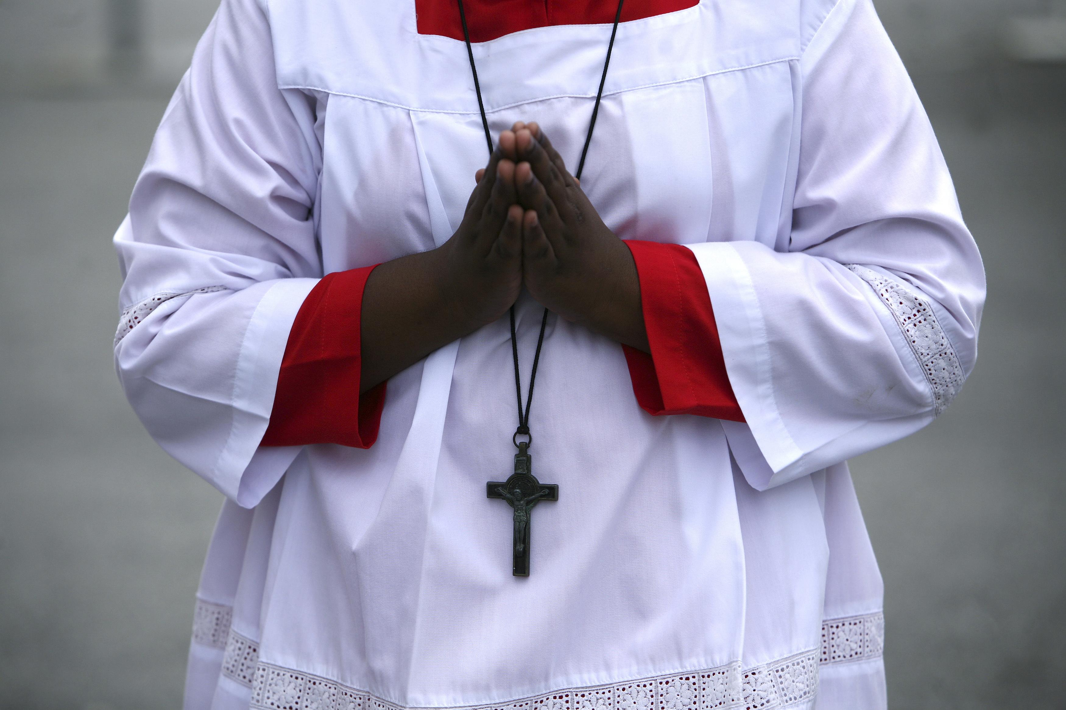 Les évêques de France, réunis à Lourdes en Assemblée plénière, ont décidé samedi de verser une somme forfaitaire aux victimes d'actes pédophiles commis au sein de l'Eglise. /Photo d'archives/REUTERS/Samsul Said