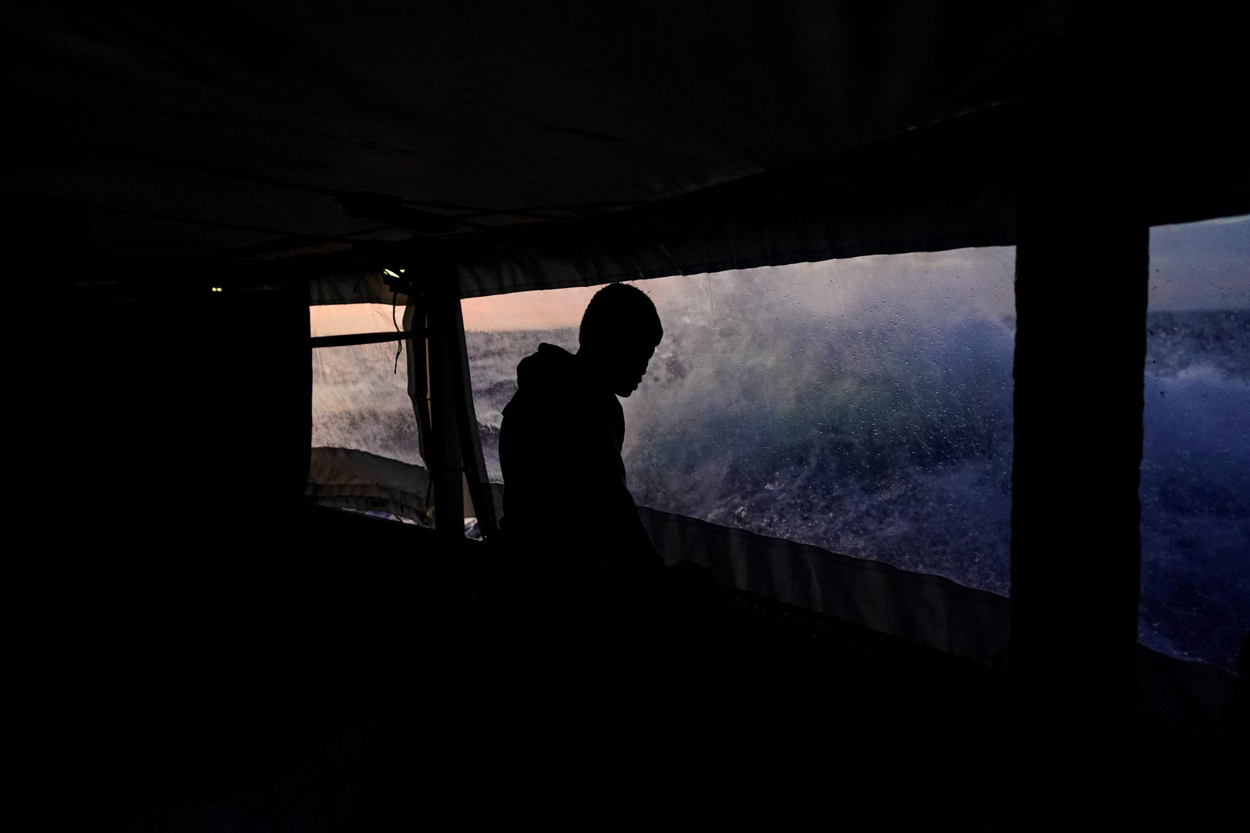Les autorités italiennes ont accepté de laisser accoster le navire humanitaire Open Arms avec 62 migrants africains à bord, a déclaré dimanche un dirigeant de l'ONG espagnole, précisant que le bateau devrait arriver mardi matin au port de Tarente. /Photo prise le 23 novembre 2019/REUTERS/Juan Medina