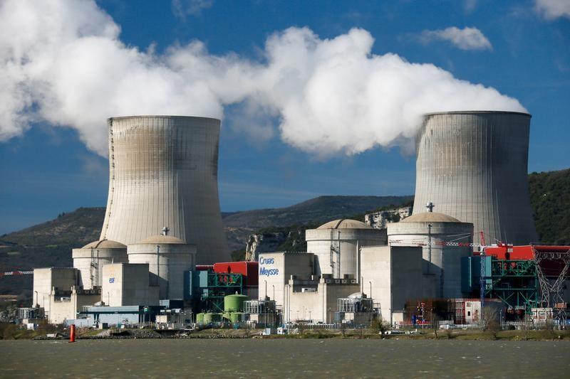 La centrale nucléaire de Cruas-Meysse. EDF a indiqué mercredi que le redémarrage des trois réacteurs de la centrale nucléaire de Cruas-Meysse à l'arrêt depuis le tremblement de terre qui a frappé l'Ardèche et la Drôme pourrait être différé. /Photo d'archives/REUTERS/Robert Pratta