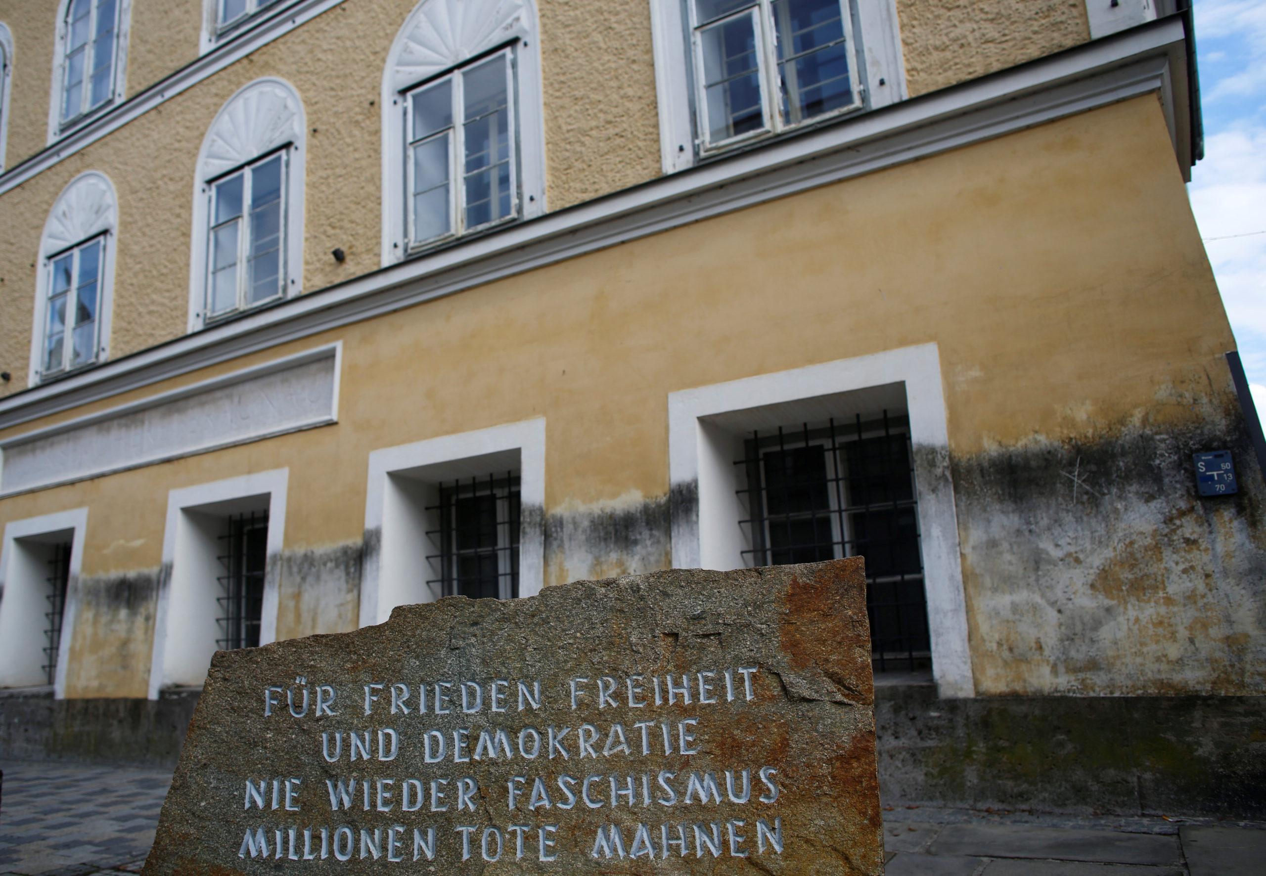 La maison qui a vu naître Adolf Hitler va être transformée en commissariat de police, a annoncé le ministère de l'Intérieur autrichien mardi, mettant un point final à des années de débat quant au meilleur moyen d'empêcher le site de devenir un lieu de pélerinage pour les militants néo-nazis. /Photo d'archives/REUTERS/Leonhard Foeger