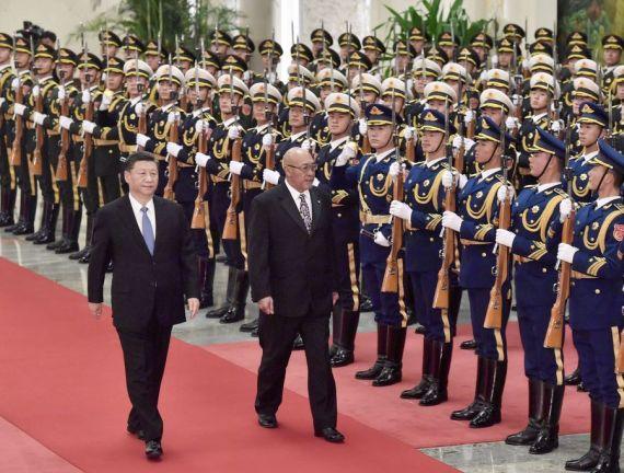 Le président chinois, Xi Jinping, organise une cérémonie d'accueil pour son homologue surinamien, Desiré Bouterse, à Beijing, capitale de la Chine, le 27 novembre 2019. (Xinhua/Yue Yuewei)