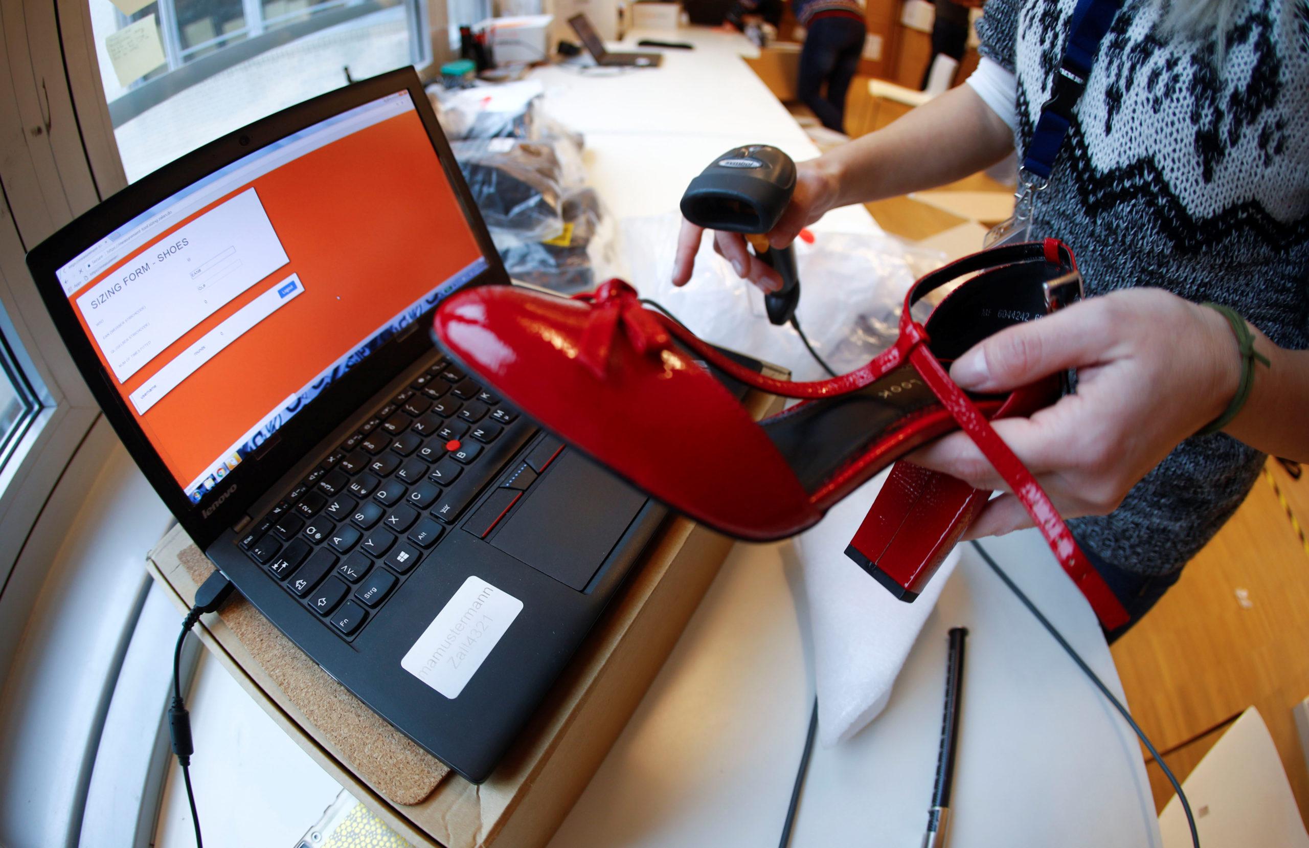 Les Français devraient dépenser plus de 20 milliards d'euros en ligne pour Noël et plus de 100 milliards d'euros sur l'ensemble de l'année 2019, estime la Fevad (Fédération e-commerce et vente à distance) dans une étude publiée jeudi. /Photo d'archives/REUTERS/Fabrizio Bensch