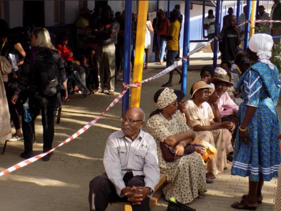 Les Namibiens se rendent aux urnes mercredi matin pour élire leur président pour les cinq prochaines années, scrutin organisé pour la septième fois depuis l'indépendance du pays en mars 1990. (Xinhua/Musa C Kaseke)