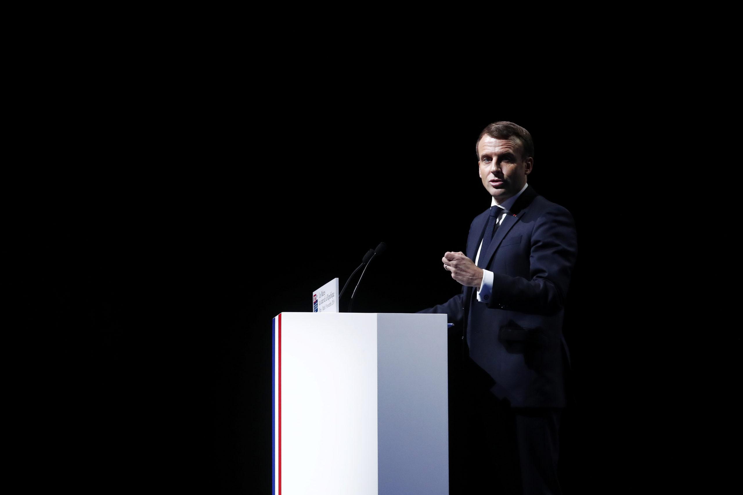 """Emmanuel Macron a appelé mardi à la """"modération"""" concernant les arrêtés anti-pesticides pris par plusieurs maires de France, estimant que ces initiatives individuelles, qui ne relèvent pas de la compétence des édiles, n'avaient """"aucun sens"""". /Photo prise le 19 novembre 2019/REUTERS/Ian Langsdon"""
