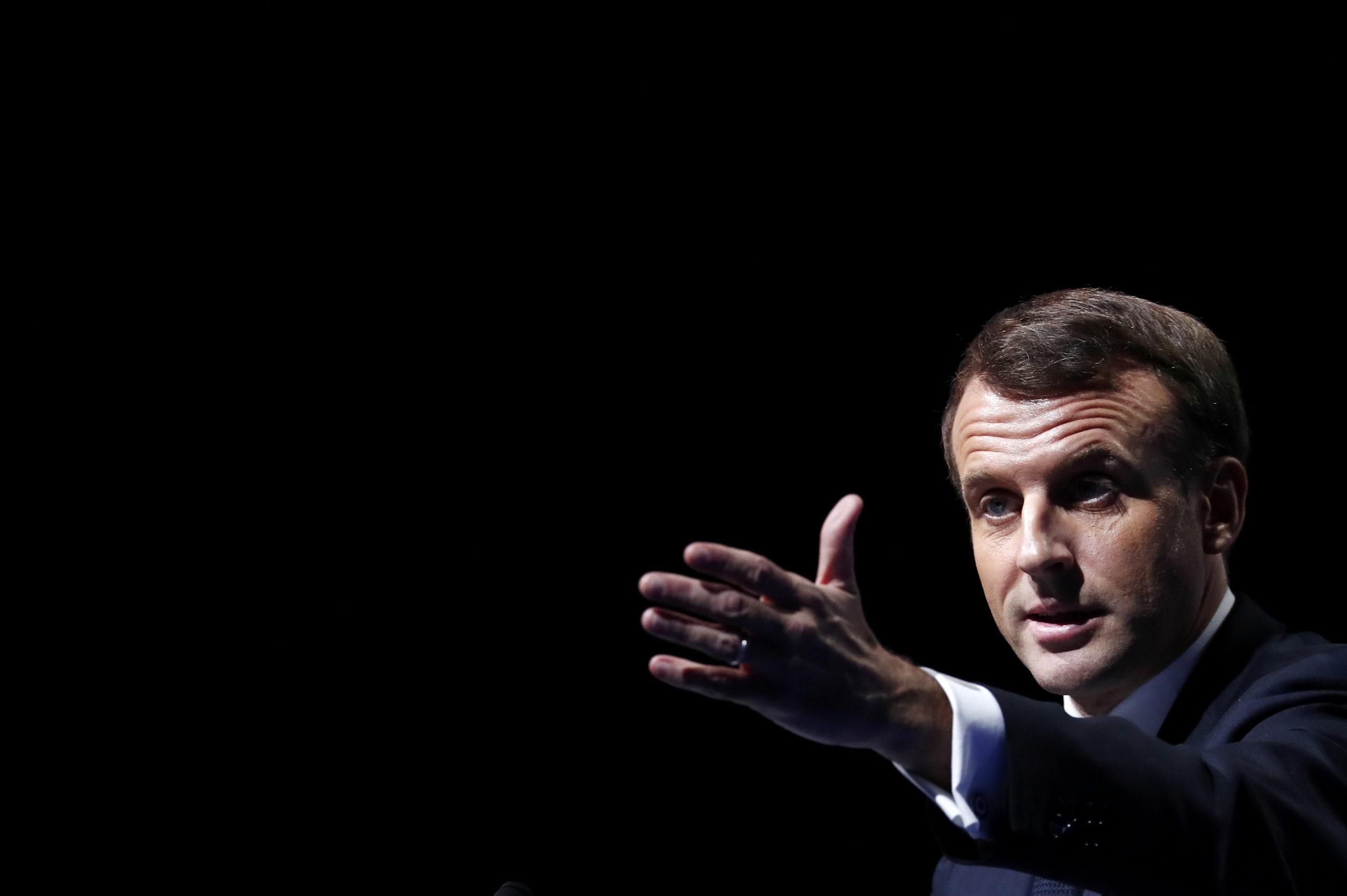 """Emmanuel Macron s'est dit opposé mardi à l'interdiction des listes communautaires, réclamée par la droite et l'extrême droite pour les élections municipales de mars 2020, préférant mettre en avant les """"règles claires"""" existantes. /Photo prise le 19 novembre 2019/REUTERS/Ian Langsdon"""