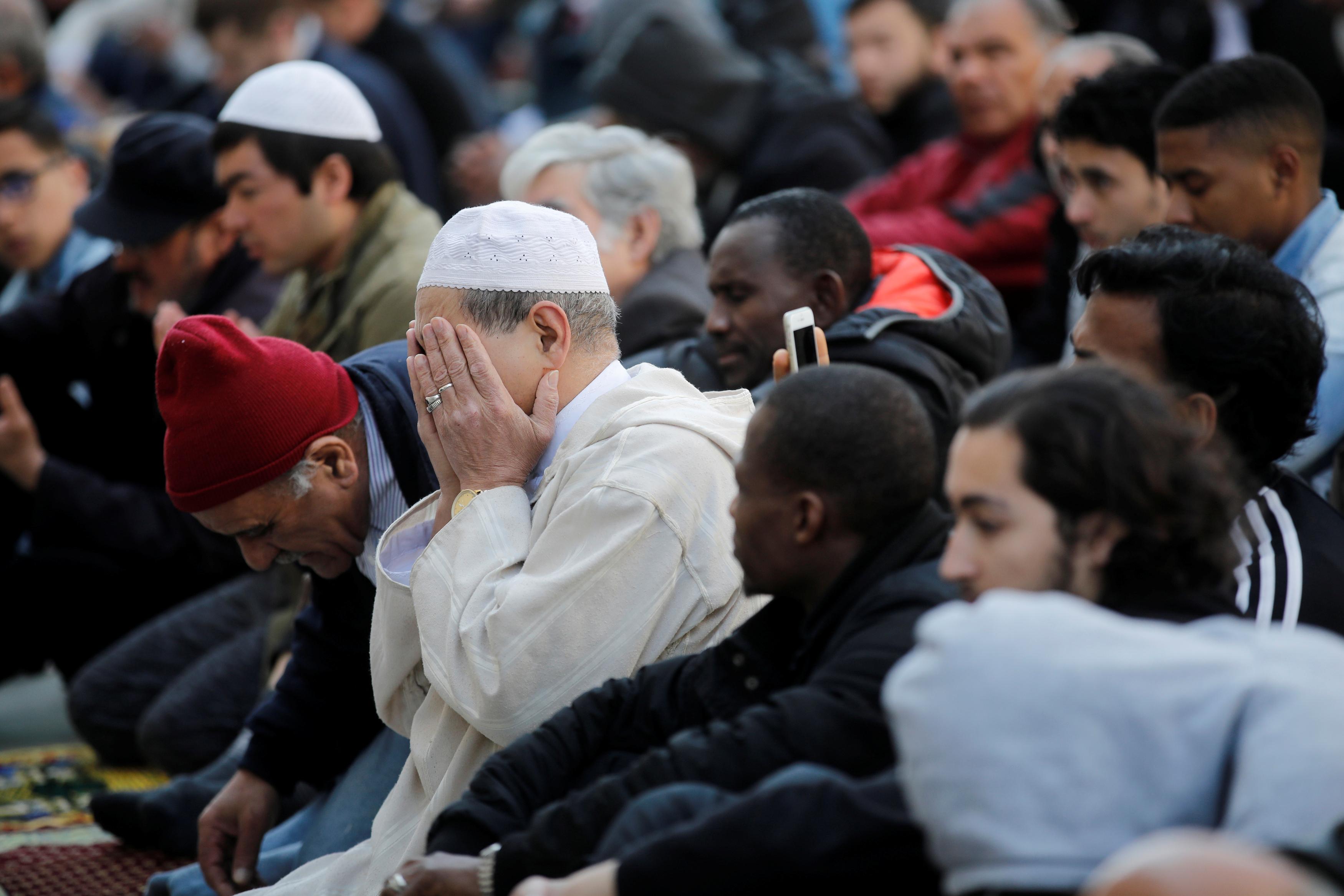 """PARIS (Reuters) - Une manifestation contre l'islamophobie prévue dimanche à Paris embarrasse le monde politique et syndical français, ajoutant au malaise ambiant sur le principe de laïcité en France. Un trouble alimenté par la résurgence du débat sur le port du voile islamique, la lutte contre le communautarisme et le durcissement de la politique migratoire du gouvernement. La marche dominicale, qui partira de la gare du Nord, fait suite à une tribune publiée dans Libération et signée d'une cinquantaine de personnalités, dont la totalité des députés La France insoumise, le fondateur du parti Génération.s Benoît Hamon, l'élu communiste Ian Brossat et le secrétaire général de la CGT, Philippe Martinez. Aucune signature socialiste en revanche. """"Nous ne voulons pas nous associer à certains des initiateurs de l'appel"""", a expliqué le parti dans un communiqué en référence aux organisateurs de la manifestation parisienne, le Collectif contre l'islamophobie en France (CCIF), groupement aux activités controversées soupçonné d'être proche de la mouvance islamiste des Frères musulmans. Certains termes de la tribune font aussi débat, comme la mention de """"lois liberticides"""" vis-à-vis des musulmans. """"Je ne valide pas l'ensemble du texte"""", a dit sur franceinfo l'eurodéputé Yannick Jadot, pourtant signataire de la tribune. MARCHE ARRIÈRE D'autres ont fait aussi marche arrière, tel le député Insoumis François Ruffin, qui a reconnu sur France Inter ne pas avoir pesé les termes du texte avant de signer et son collègue Alexis Corbière, qui a dit au Figaro penser que """"la Ligue des droits de l'Homme était à l'initiative de la démarche"""". """"Cet appel, il était insignable pour nous, très clairement"""", a déclaré pour sa part vendredi sur RTL le secrétaire général de la CFDT, Laurent Berger. """"Moi je ne signe jamais sans avoir lu."""" Le Parti communiste appelle à manifester dimanche, tout comme Génération.s, qui dénonce dans un communiqué """"le climat actuel de violence et de rejet."""" Chez Europe Ecol"""