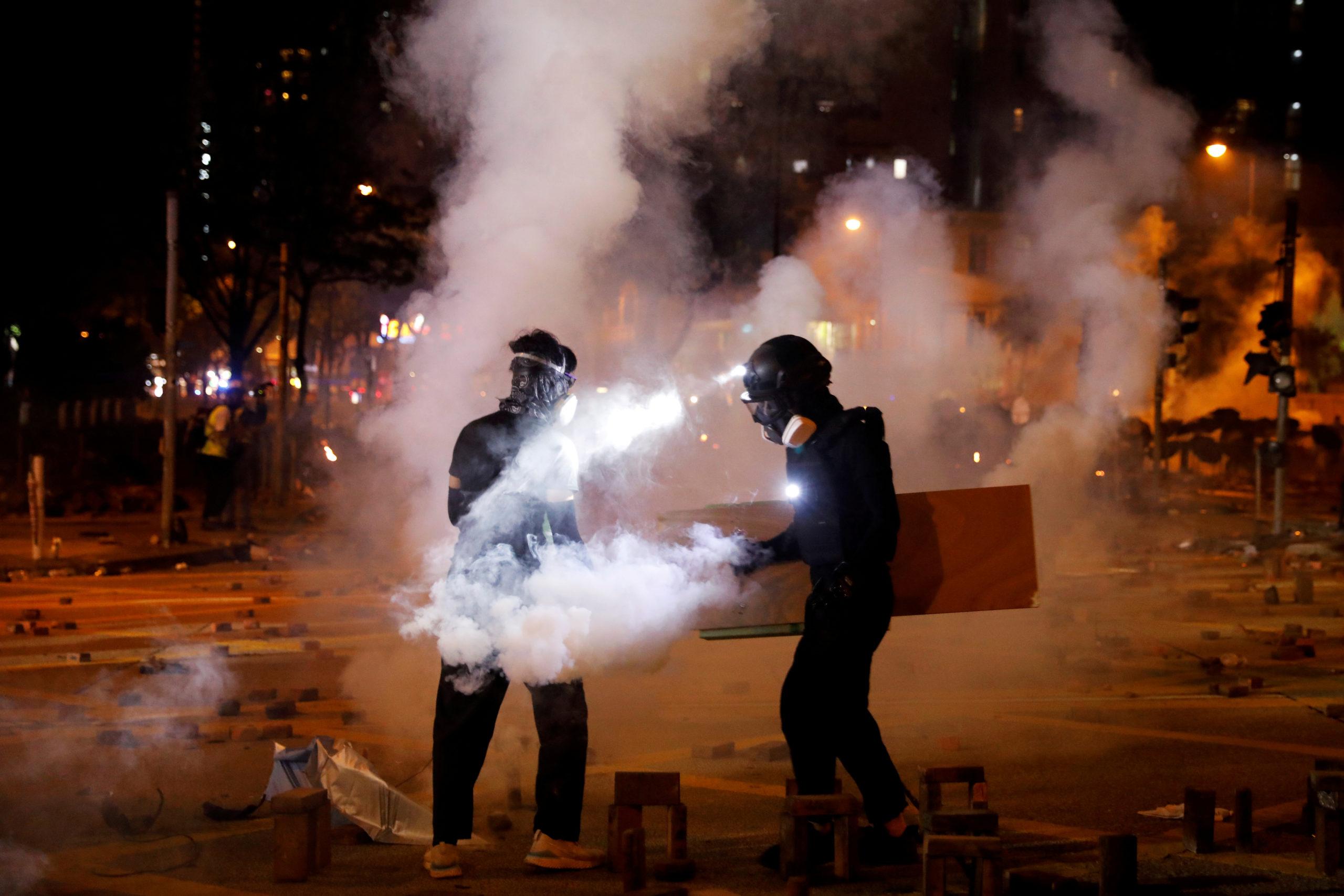 La police de Hong Kong a tiré des cartouches de gaz lacrymogène contre des manifestants leur jetant des cocktails Molotov ou d'autres projectiles samedi devant l'Université polytechnique de la ville, quelques heures après une manifestation pro-chinoise. /Photo prise le 16 novembre 2019/REUTERS/Adnan Abidi