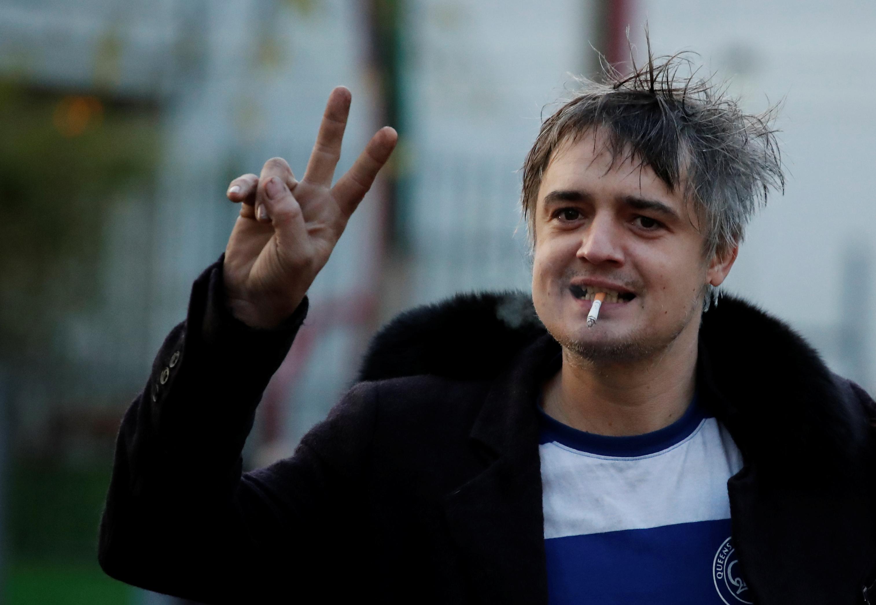 Le rocker britannique Pete Doherty, poursuivi pour une altercation sur la voie publique, a été condamné mardi à Paris à une peine de trois mois de prison avec sursis avec mise à l'épreuve et une amende de 5.000 euros, a-t-on appris de source judiciaire. /Photo prise le 12 novembre 2019/REUTERS/Benoit Tessier