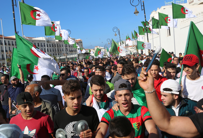Plus de 100 000 Algériens réclament le départ de l'élite au pouvoir