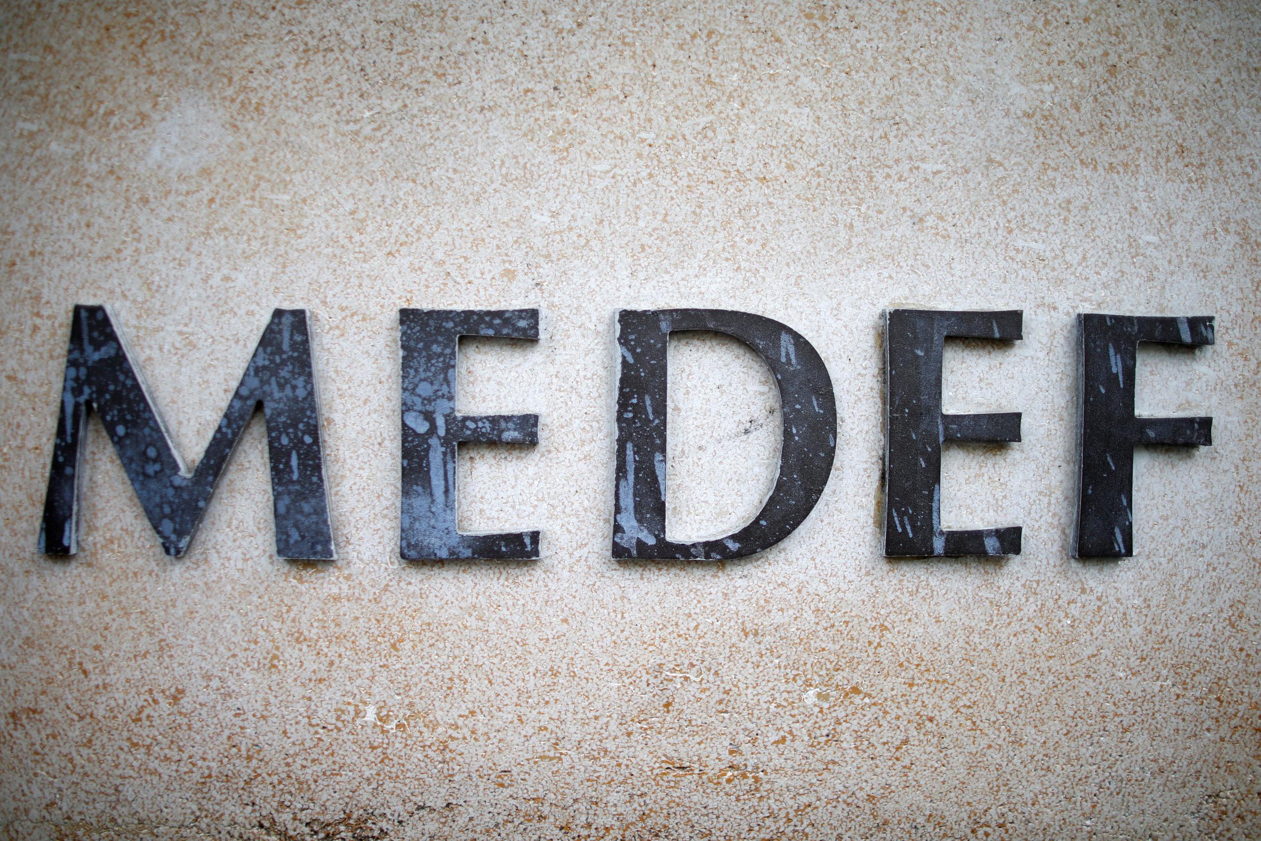 Le président du Medef, Geoffroy Roux de Bézieux, a invité mardi le gouvernement à fixer un âge pivot de départ à la retraite dès aujourd'hui pour rétablir l'équilibre du système en 2025, date prévue d'entrée en vigueur de la réforme visant à créer un régime universel. /Photo d'archives/REUTERS/Charles Platiau