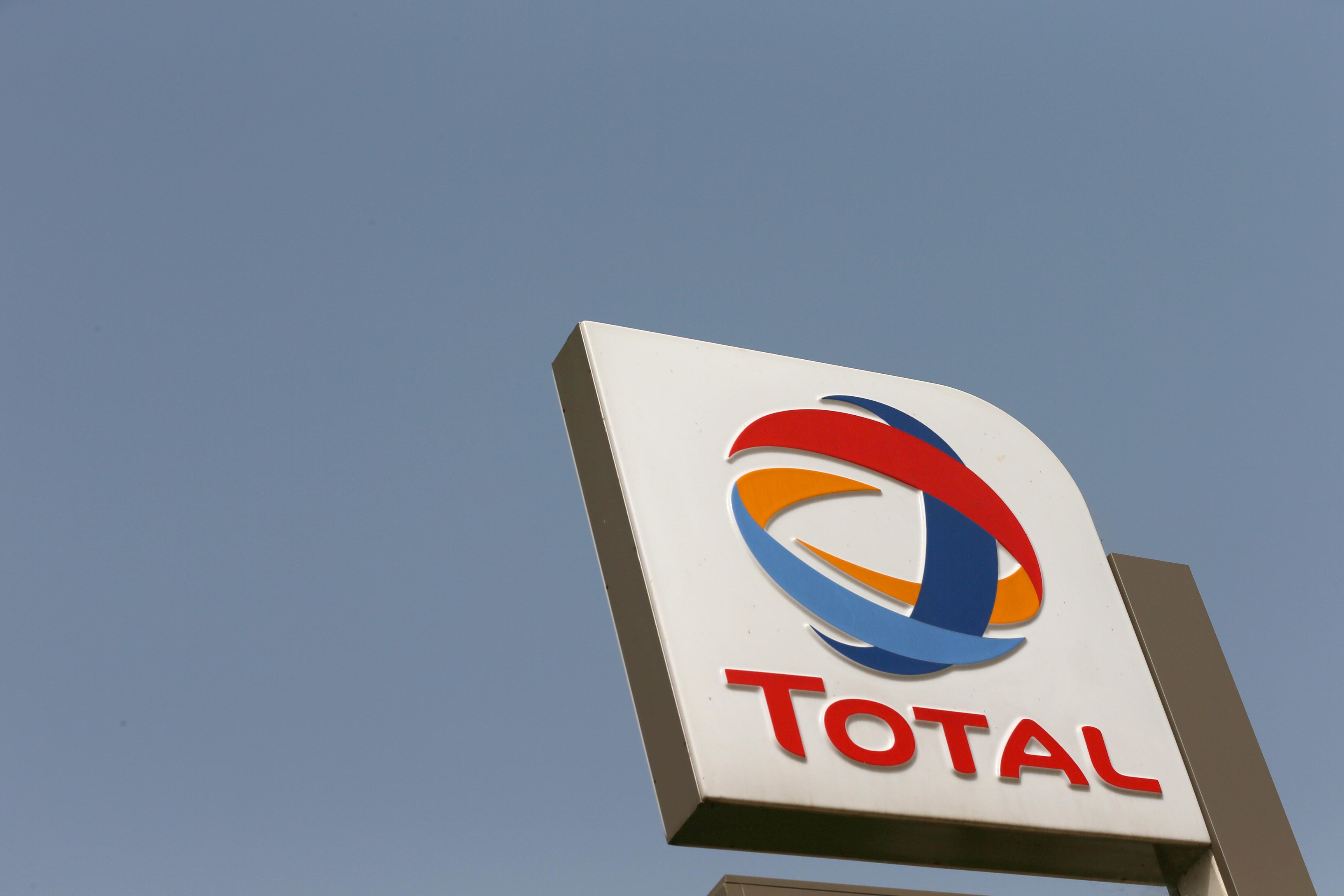 Le groupe Total a déclaré vendredi tout mettre en oeuvre pour assurer l'approvisionnement de ses clients de la région lyonnaise malgré la grève qui affecte la raffinerie de Feyzin (Rhône) depuis le 7 octobre. /Photo d'archives/REUTERS/Afolabi Sotunde