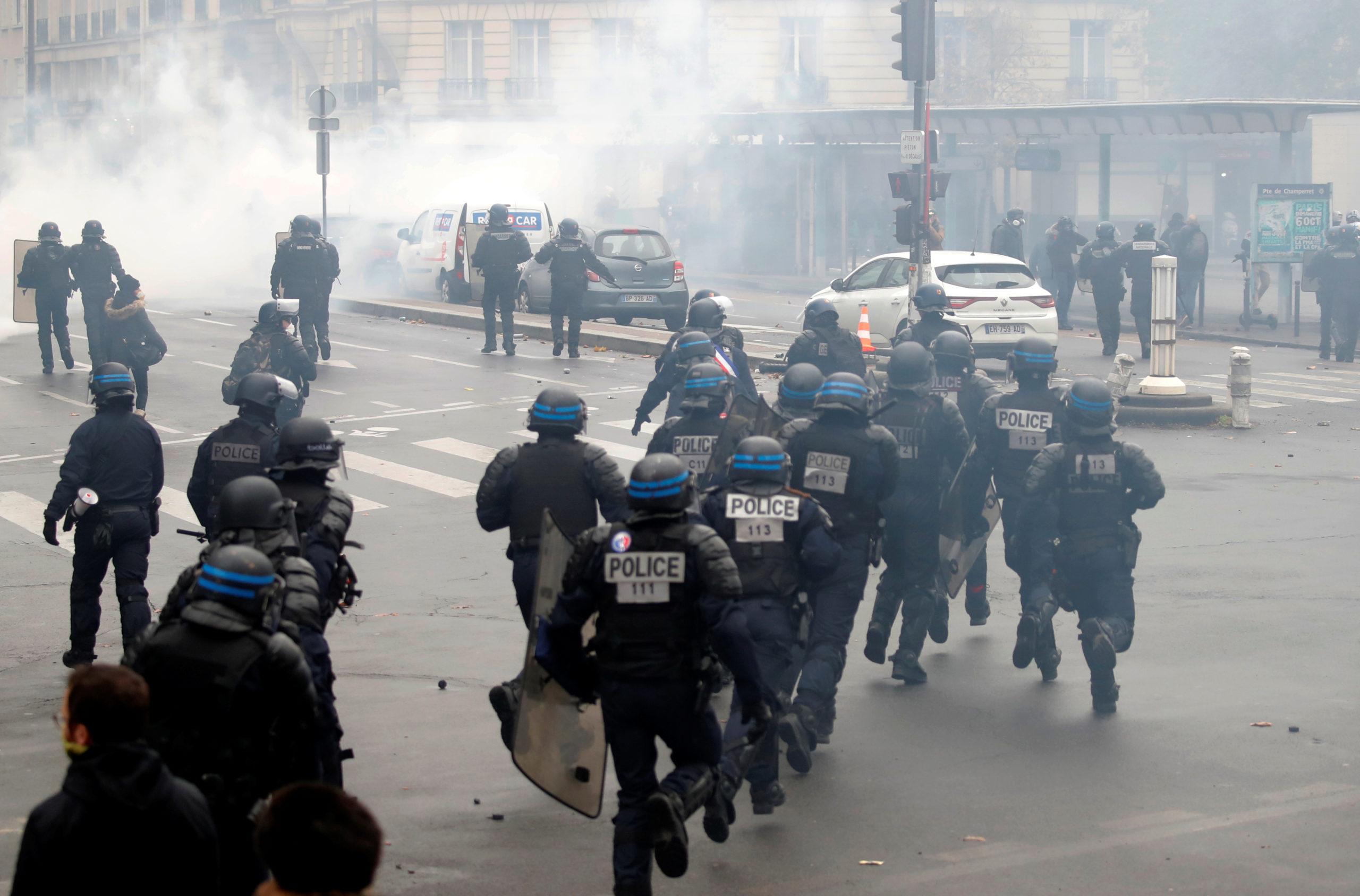 """Des violences ont éclaté samedi à Paris avant le départ de manifestations de """"Gilets jaunes"""", entraînant l'annulation de l'une d'entre elles au départ de la place d'Italie, où la police a fait usage de gaz lacrymogène et de canons à eau face à des personnes vêtues de noir et au visage masqué. /Photo prise le 16 novembre 2019/REUTERS/Charles Platiau"""