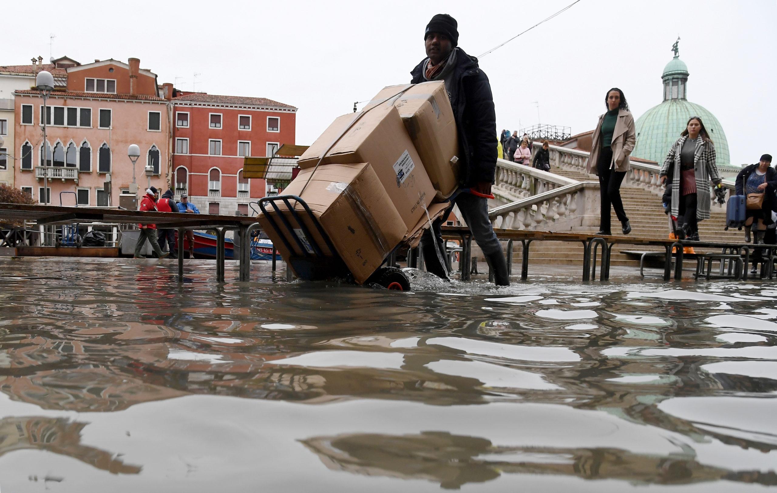 Une nouvelle alerte aux crues a été émise pour dimanche à Venise, où l'eau devrait atteindre 160 cm à la mi-journée, selon le centre local de prévision des inondations. /Photo prise le 17 novembre 2019/REUTERS/Alberto Lingria