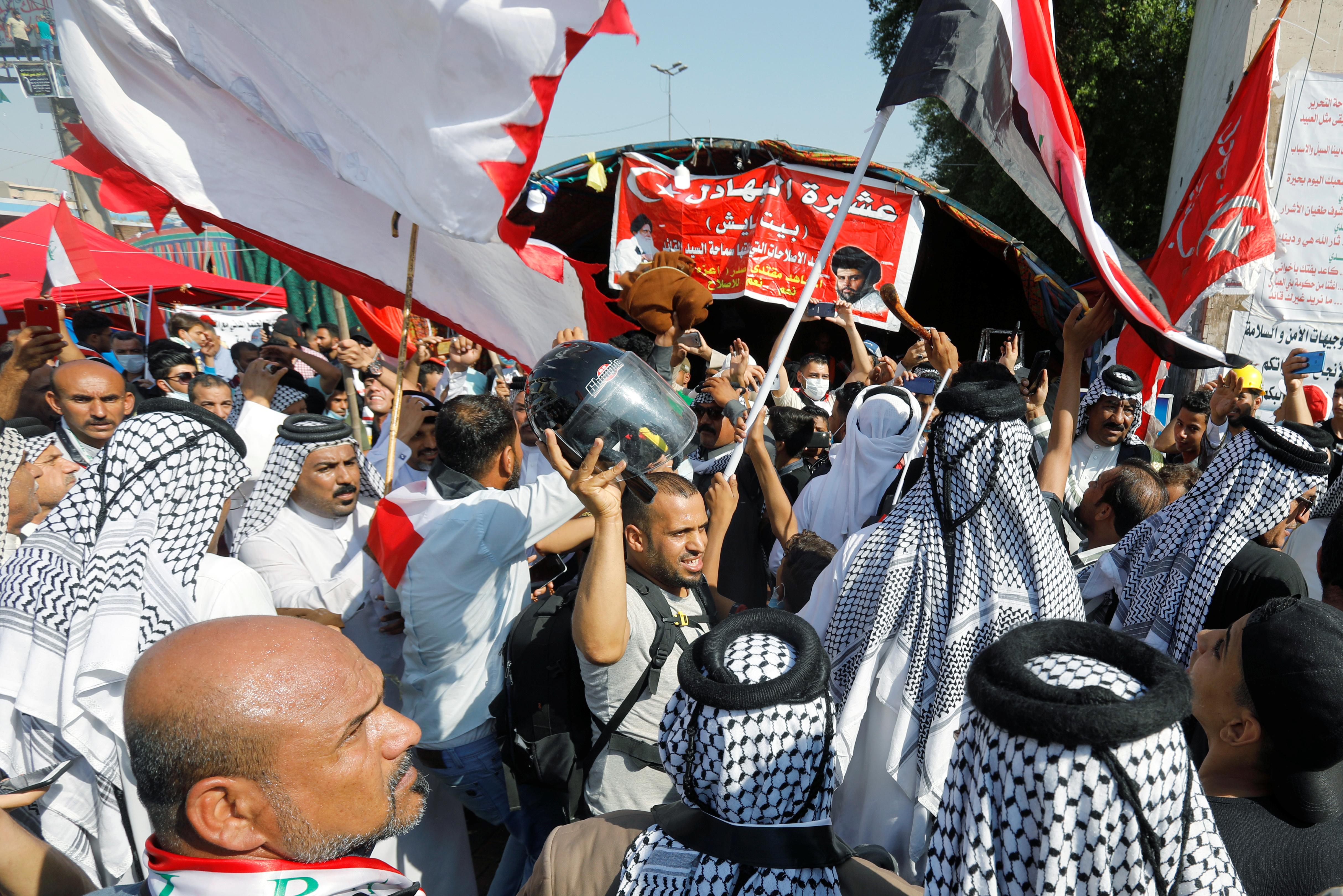 Des milliers d'Irakiens se sont rassemblés dans les rues de Bagdad vendredi pour réclamer à nouveau la chute du gouvernement du Premier ministre Adel Abdoul Mahdi lors de ce qui s'annonçait comme la plus importante journée de manifestations contre les autorités depuis la chute de Saddam Hussein en 2003. /Photo prise le 1er novembre 2019/REUTERS/Khalid al-Mousily