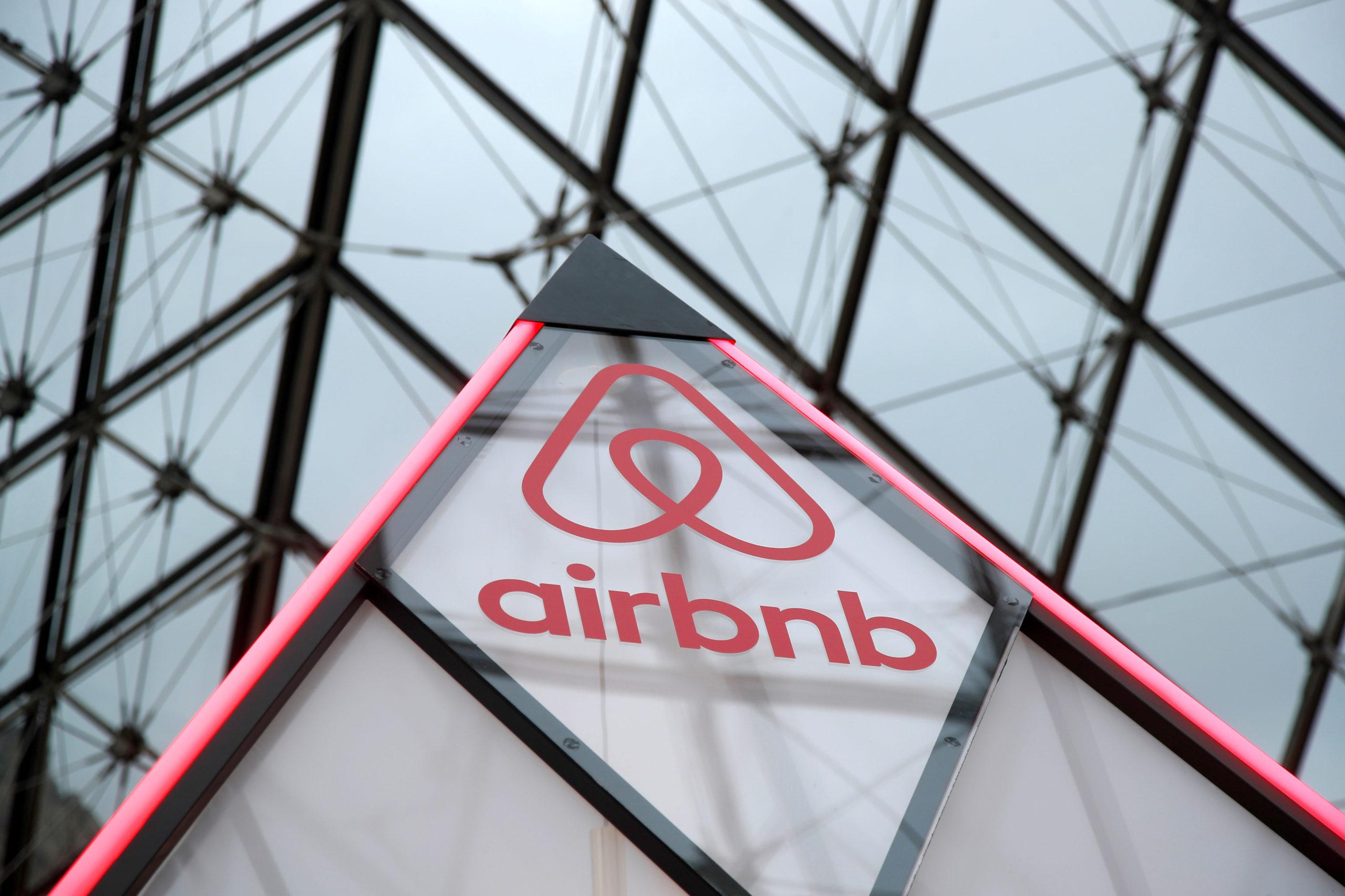 Airbnb a obtenu jeudi une victoire devant la Cour de justice de l'Union européenne, qui a jugé que la plateforme américaine de location entre particuliers ne constituait pas une société immobilière, mais bien une société de services numériques. /Photo d'archives/REUTERS/Charles Platiau