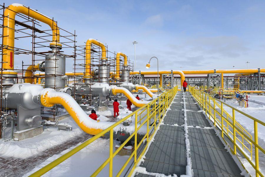 Des membres d'inspection contrôlent une section du gazoduc Chine-Russie à Heihe, dans la province du Heilongjiang (nord-est de la Chine), le 19 novembre 2019.