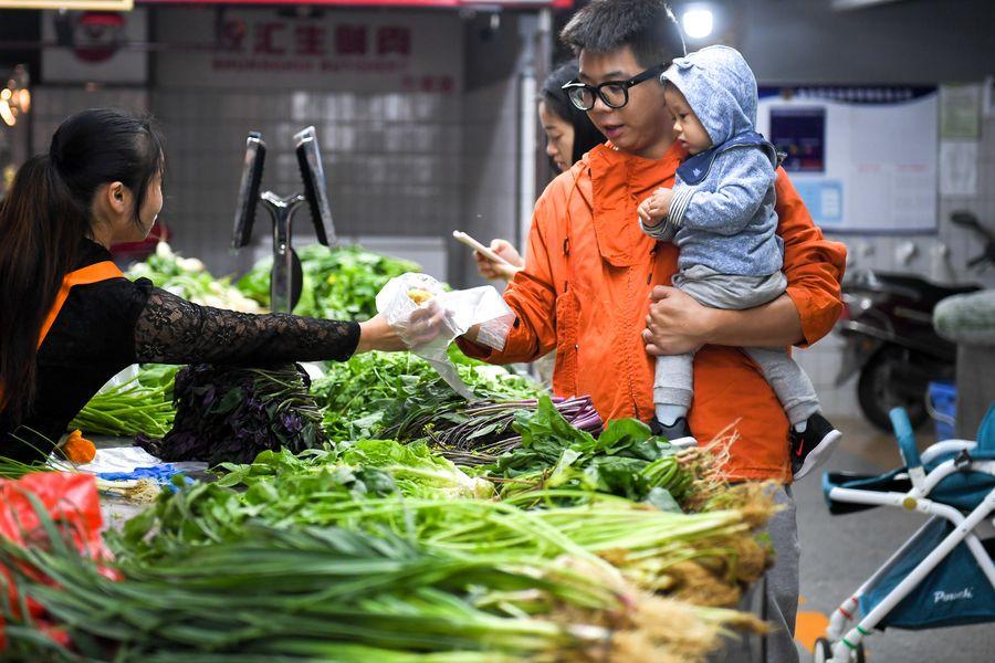 Des clients achètent des légumes sur le marché intelligent de Jinzhaoxing, dans l'arrondissement de Furong à Changsha, ville de la province chinoise du Hunan (centre), le 15 octobre 2019. (Photo : Chen Zeguo)