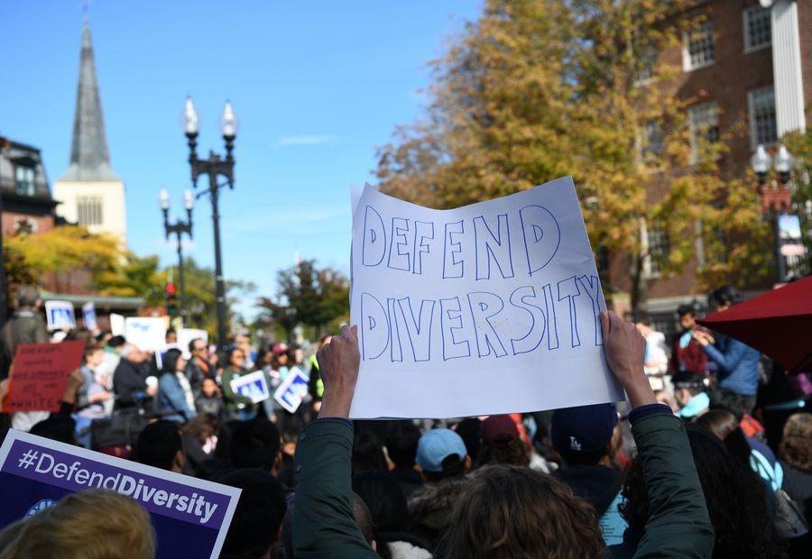 """Des manifestants lors d'un rassemblement à Boston, aux Etats-Unis, le 14 octobre 2018. Des centaines d'Américains d'origines asiatiques avaient organisé une manifestation au centre-ville de Boston, afin de soutenir une action en justice contre l'Université Harvard, accusée de discrimination envers des candidats américains d'origines asiatiques en utilisant """"des quotas raciaux de facto, des stéréotypes raciaux et des normes plus élevées"""". (Photo : Liu Jie)"""