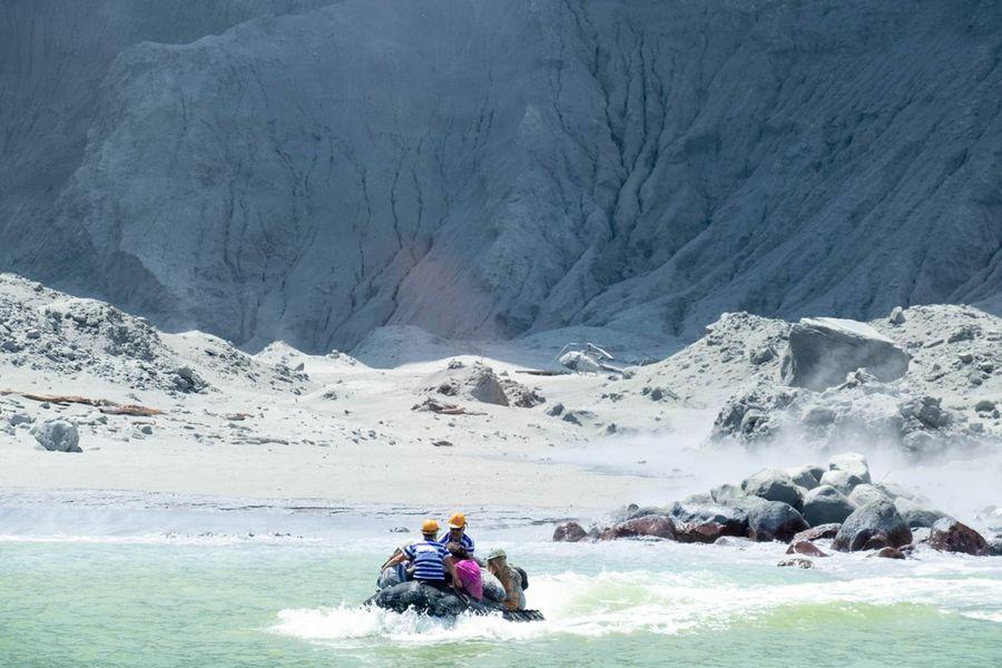 Des personnes évacuent White Island en Nouvelle-Zélande pendant une éruption volcanique, le 9 décembre 2019. (Photo fournie par Michael Schade/Handout via Xinhua)