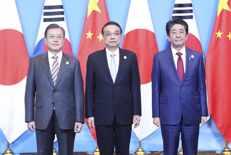 Photo de groupe du Premier ministre chinois Li Keqiang (au milieu), du président de la République de Corée Moon Jae-in (à gauche) et du Premier ministre japonais Shinzo Abe (à droite) avant la 8e réunion des dirigeants de Chine-Japon-République de Corée dans la ville chinoise de Chengdu (sud-ouest). (Xinhua/Yao Dawei)