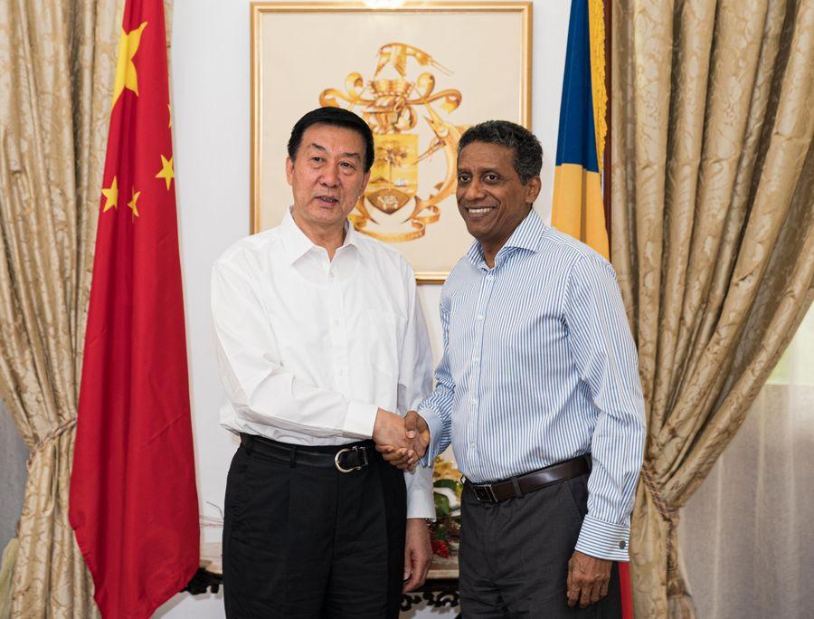 Le conseiller d'État chinois Wang Yong (à gauche) rencontre le président des Seychelles Danny Faure à Victoria, capitale des Seychelles, le 19 décembre 2019. (Xinhua/Xie Han)