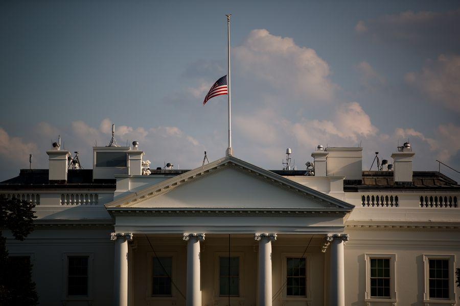 Le drapeau national en berne à la Maison Blanche en signe de deuil pour les victimes de fusillades en masse à El Paso et Dayton, le 4 août 2019. (Photo par Ting Shen/ Xinhua)