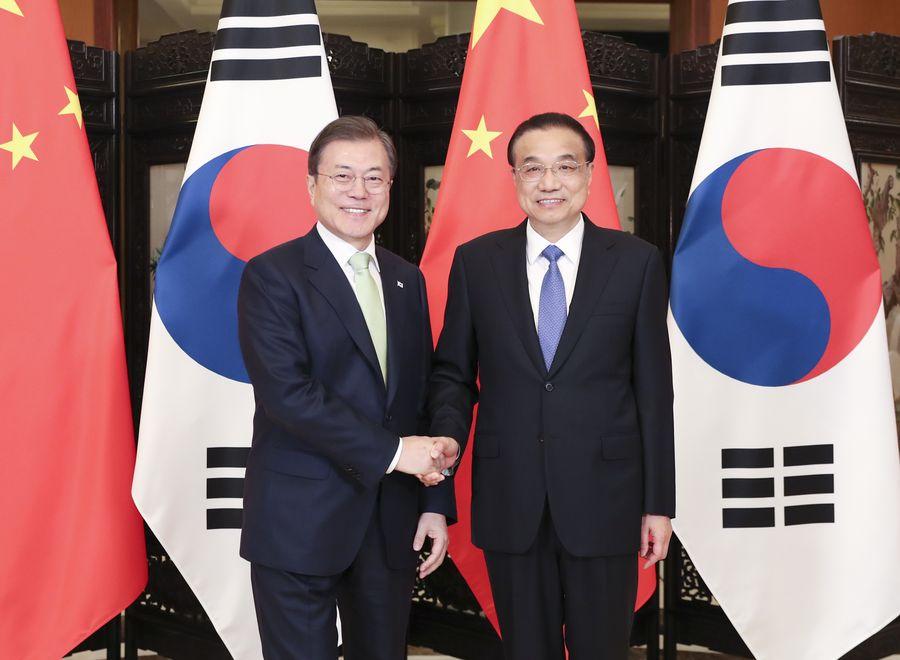 Le Premier ministre chinois, Li Keqiang, rencontre Moon Jae-in, président de la République de Corée, venu en Chine pour assister à la 8e réunion des dirigeants Chine-Japon-République de Corée, à Chengdu, dans la province du Sichuan (sud-ouest), le 23 décembre 2019. (Photo : Ding Haitao)