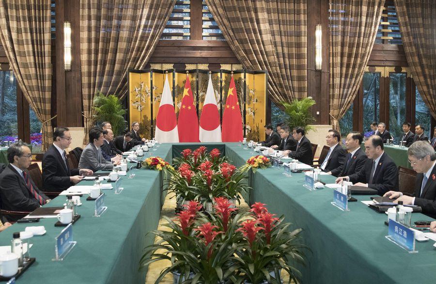 Le Premier ministre chinois Li Keqiang s'entretient avec son homologue japonais Shinzo Abe à Chengdu, dans la province chinoise du Sichuan (sud-ouest), le 25 décembre 2019. (Xinhua/Wang Ye)