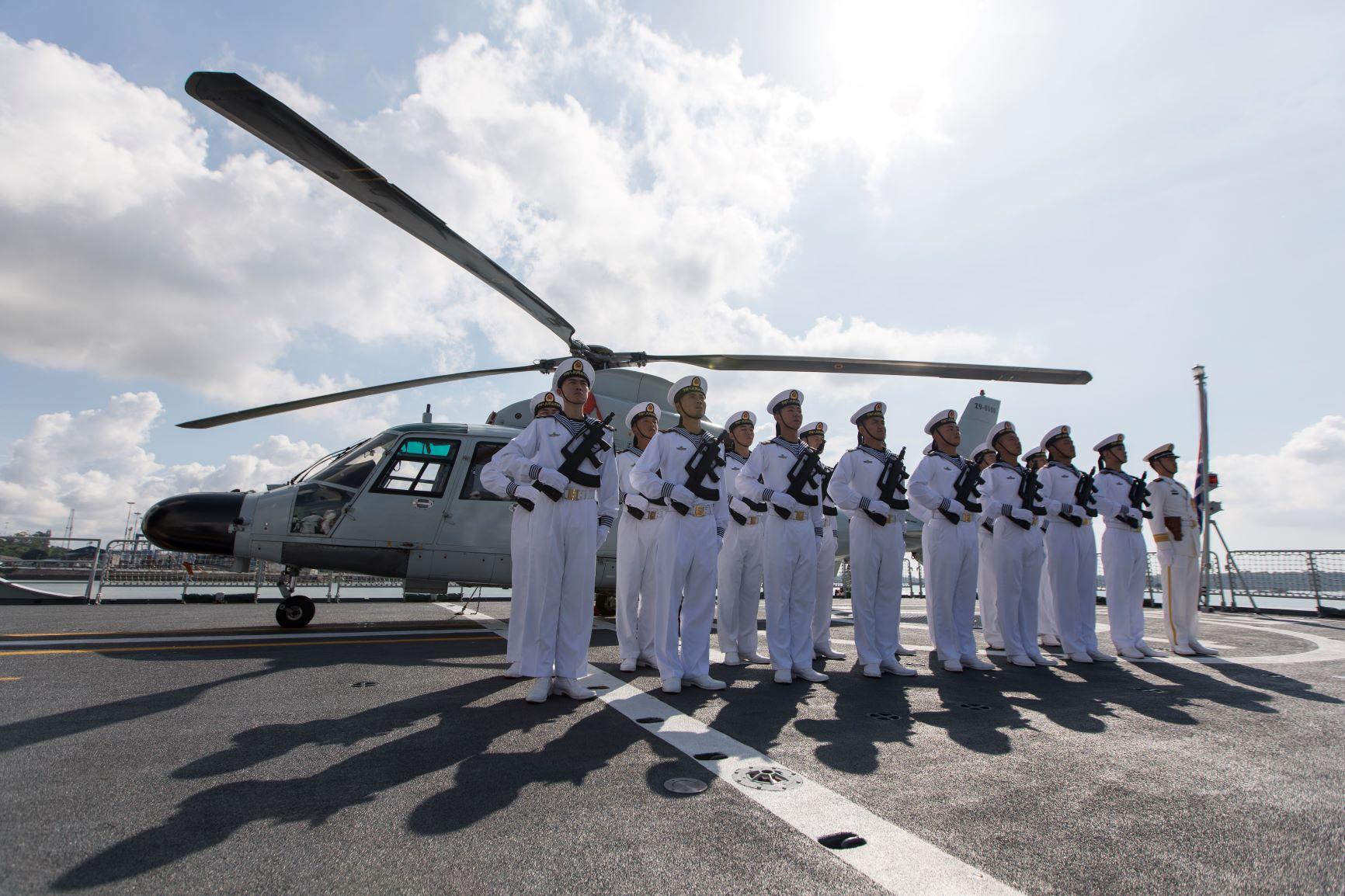 Les marins chinois à bord de la frégate lance-missiles Weifang au port de Mombasa, au Kenya, le 8 décembre 2019. (Xinhua/Xie Han)