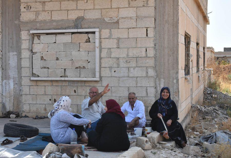 Photo d'archives prise le 15 septembre 2019 montrant des Syriens déplacés se trouvant au point de passage Souran, en banlieue nord de la province de Hama. Des milliers de civils syriens sont retournés chez eux dans la journée depuis les environs des villes des provinces de Hama et d'Idleb, en passant par un point de passage établi par l'armée syrienne, a rapporté l'agence de presse officielle SANA (Xinhua)