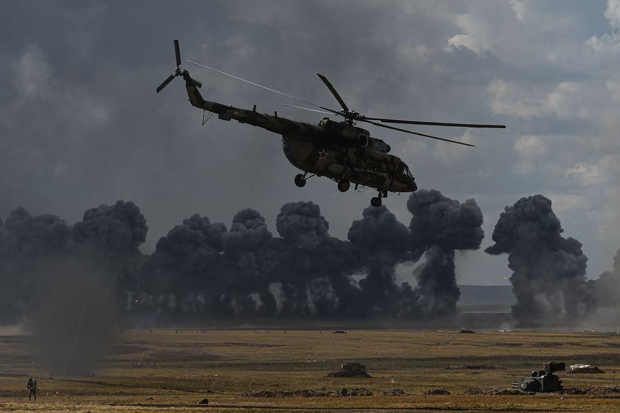 """Photo d'un hélicoptère Mi-8 au cours des exercices militaires russes """"Centre-2019"""" dans la région d'Orenbourg, en Russie, le 20 septembre 2019. (Xinhua/Evgeny Sinitsyn)"""