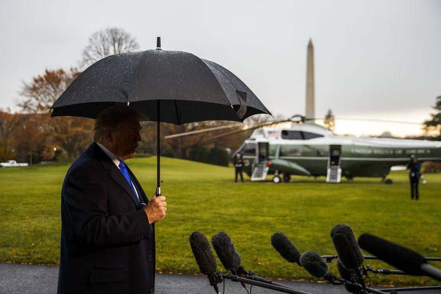 Photo prise le 2 décembre 2019 montrant le président américain Donald Trump s'exprimant devant les journalistes avant de quitter la Maison Blanche à Washington. M. Trump a dénoncé à cette occasion l'enquête de destitution contre lui, alors que celle-ci entre bientôt dans sa prochaine phase.