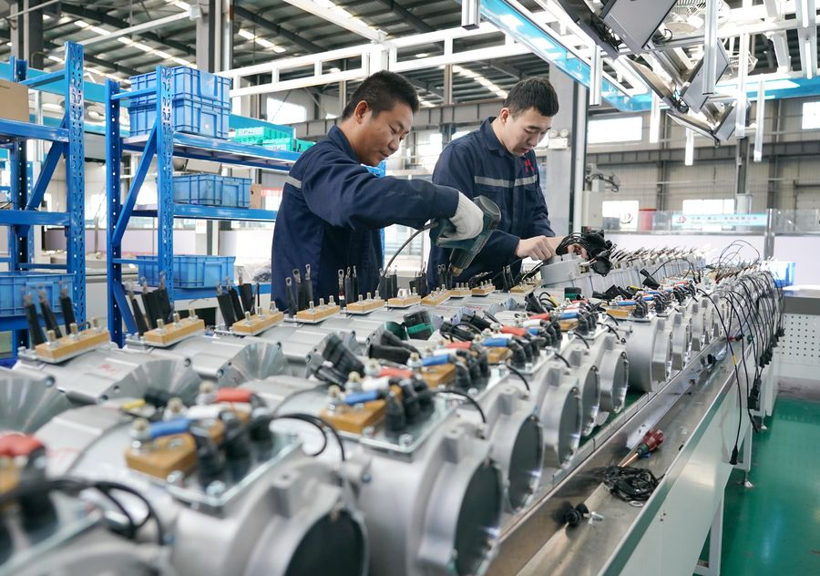 Des membres du personnel travaillent dans une entreprise d'équipements électromécaniques à Kaiping, arrondissement de la ville de Tangshan, dans la province chinoise du Hebei(nord), le 17 novembre 2019. La ville de Tangshan a stimulé l'industrie de fabrication des équipements afin de dynamiser l'économie régionale. (Photo : Yang Shiyao)
