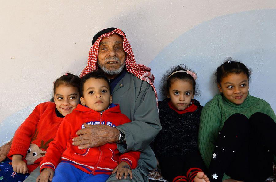 Souleimane Abou-Namous, entouré des membres de sa famille dans le camp de réfugiés de Jabalia, dans le nord de la bande de Gaza. Il vient d'apprendre la prolongation de trois ans du mandat de l'Office de secours et de travaux des Nations Unies pour les réfugiés de Palestine dans le Proche-Orient (UNRWA). (Rizek Abdeljawad/Xinhua)