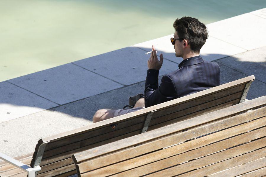 Un homme fume une cigarette à Barcelone, en Espagne, le 31 mai 2016. (Xinhua/Pau Barrena)